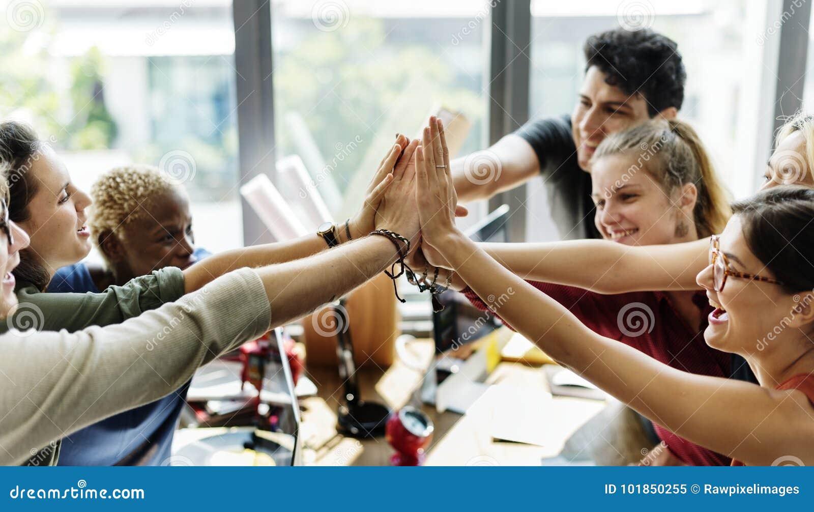 Séance de réflexion de travail d équipe dans le lieu de réunion