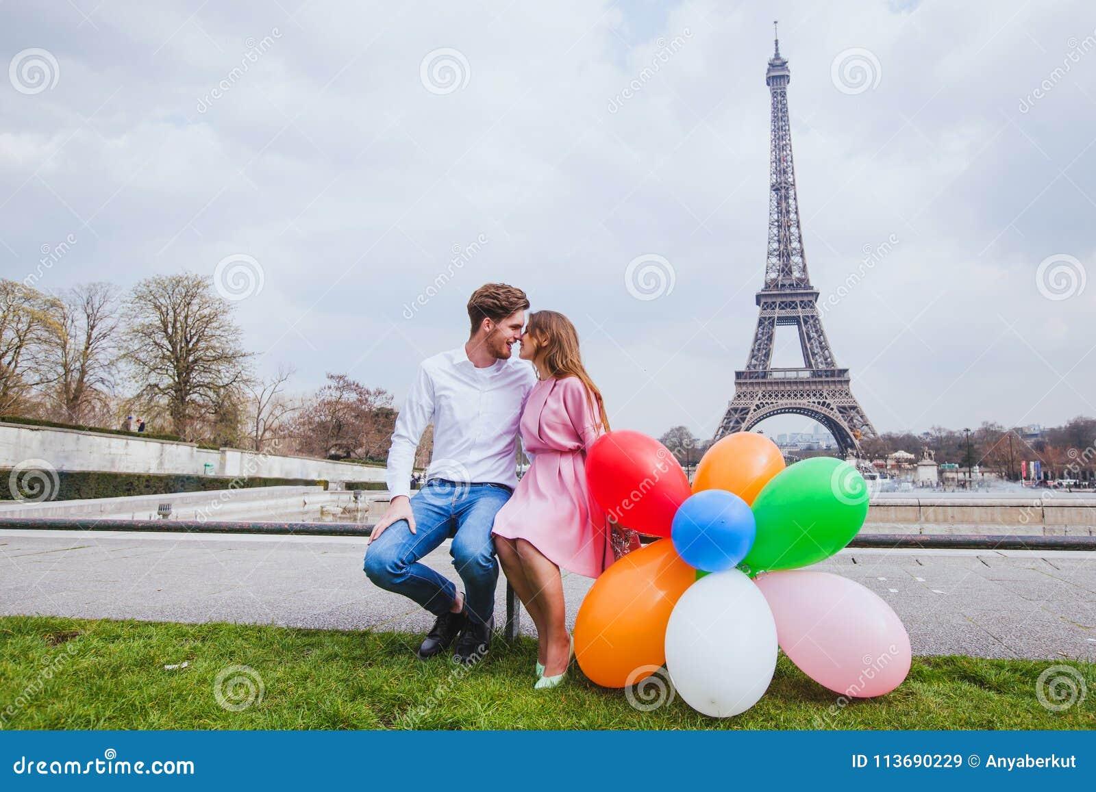 Séance photos, ajouter heureux aux ballons posant près de Tour Eiffel à Paris