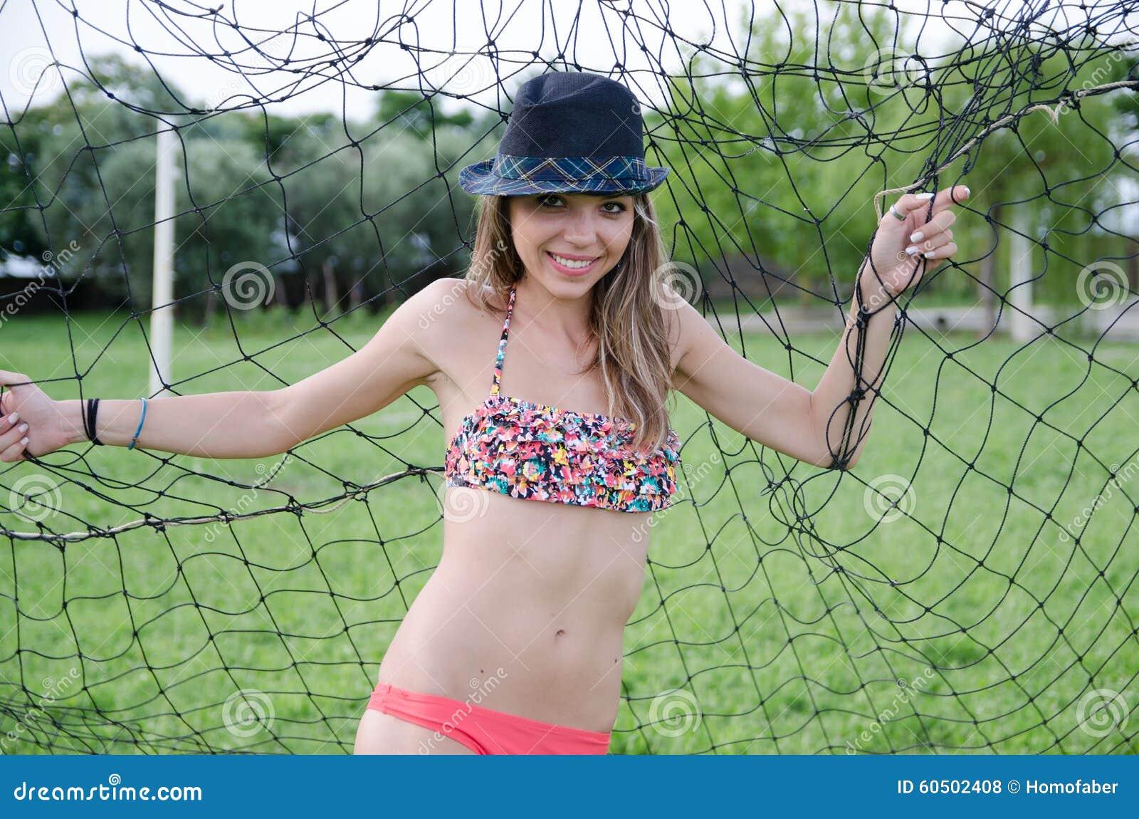 Séance photos de maillot de bain sous le poteau de but de champ