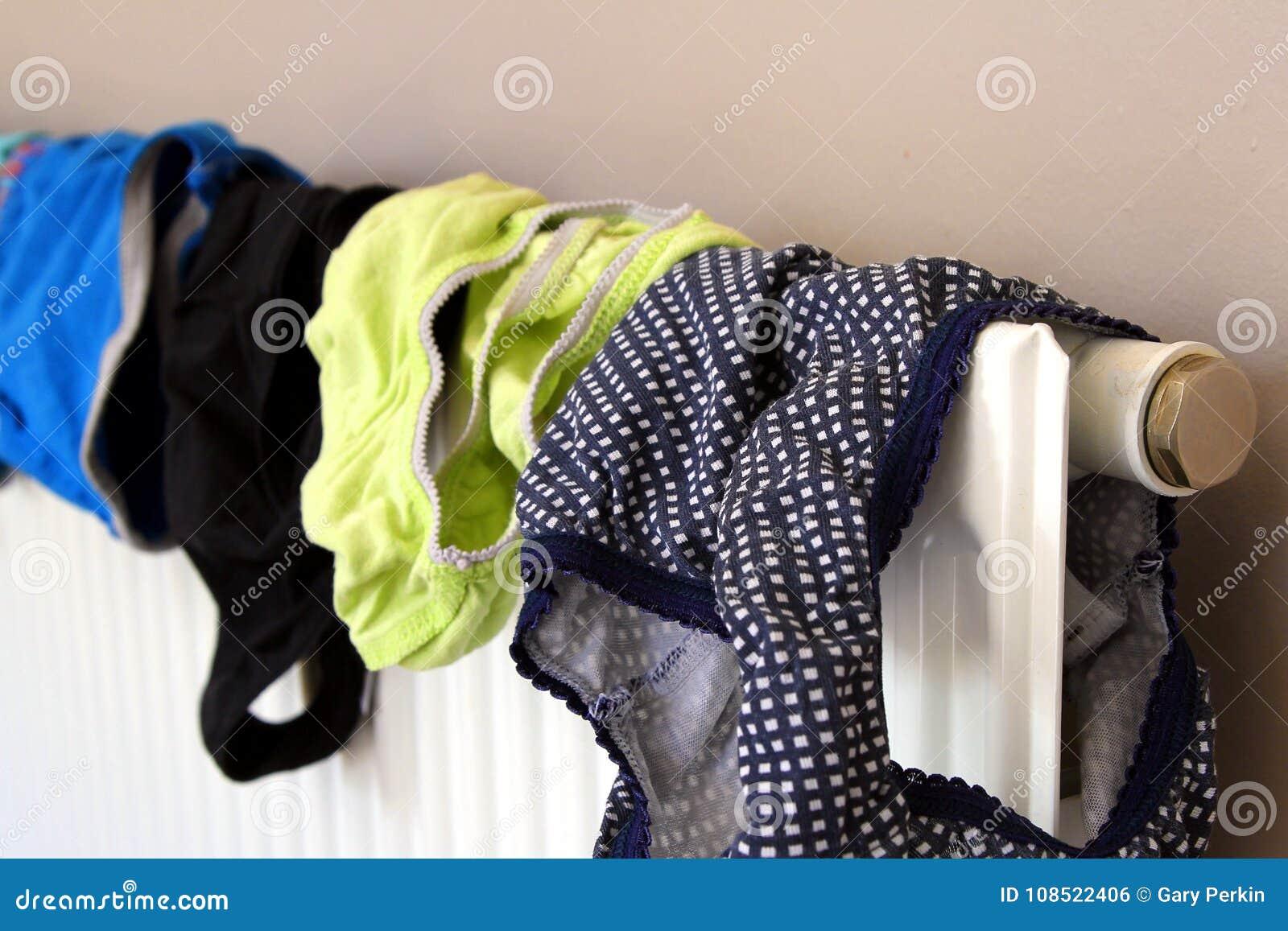 120d54fb4c32f4 Séchage de sous-vêtements sur un radiateur domestique après avoir été lavé