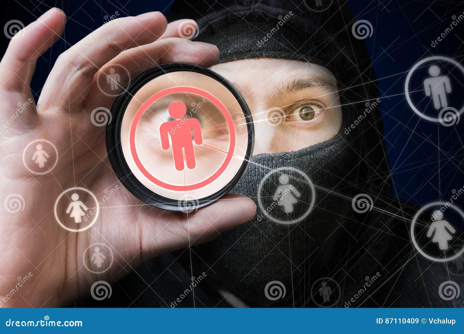 Sécurité de réseau et concept sociaux d intimité Le pirate informatique remarque sur le compte utilisateur