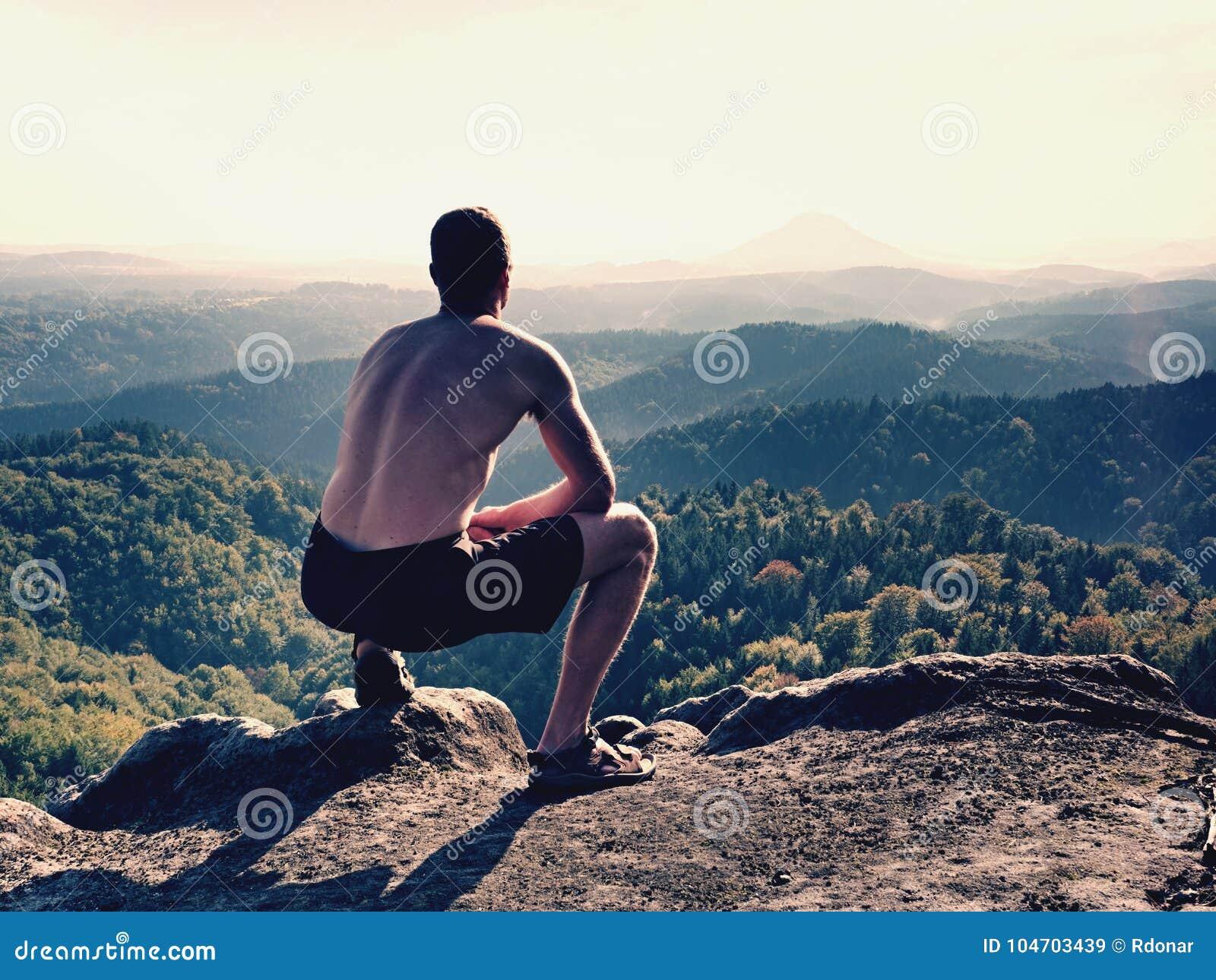 Séjour nu d homme dans le pantalon noir en haut de la montagne Montre de  randonneur b44c955284a