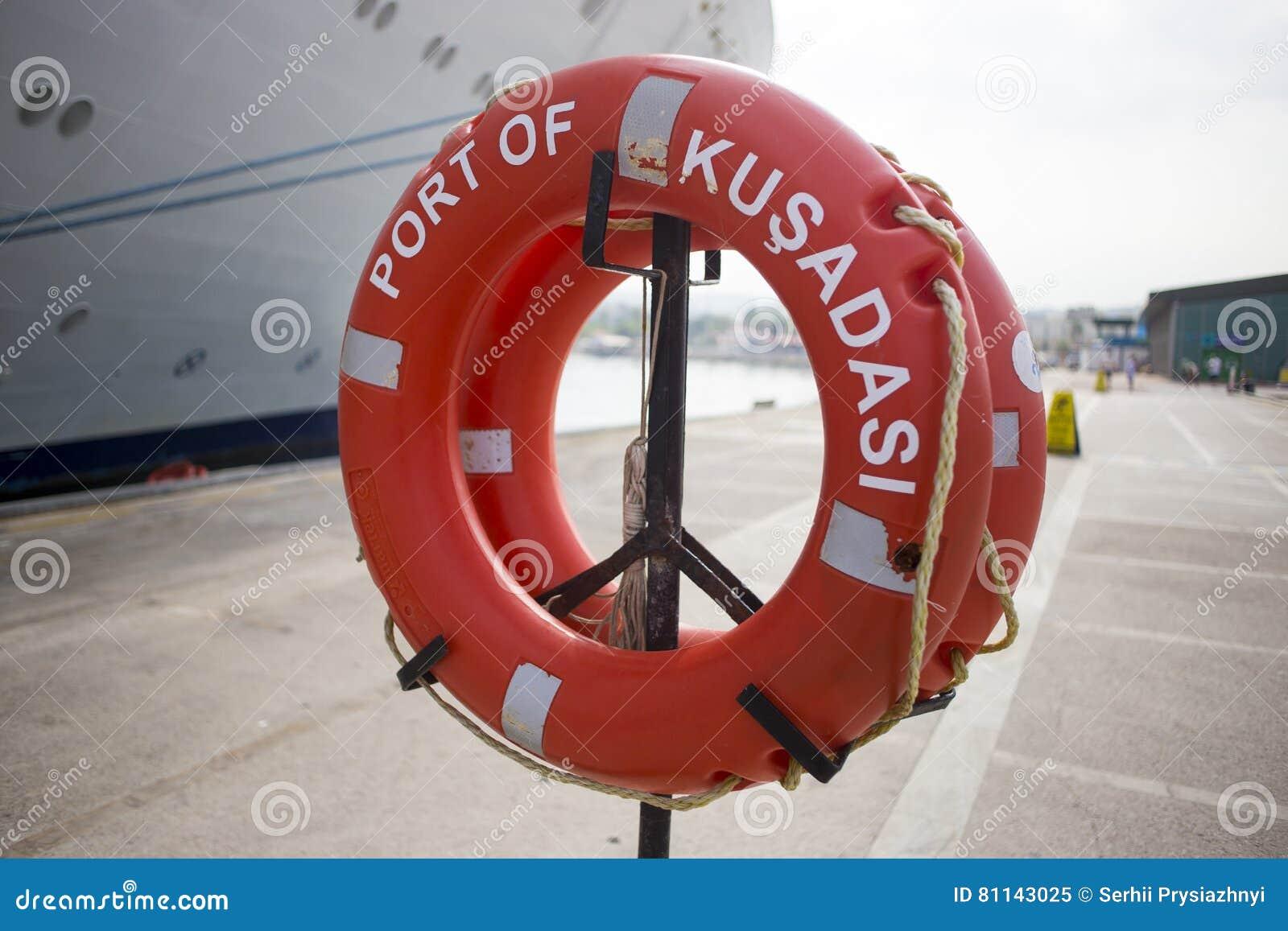 Séjour orange de bouée de sauvetage dans le port Kusadasi
