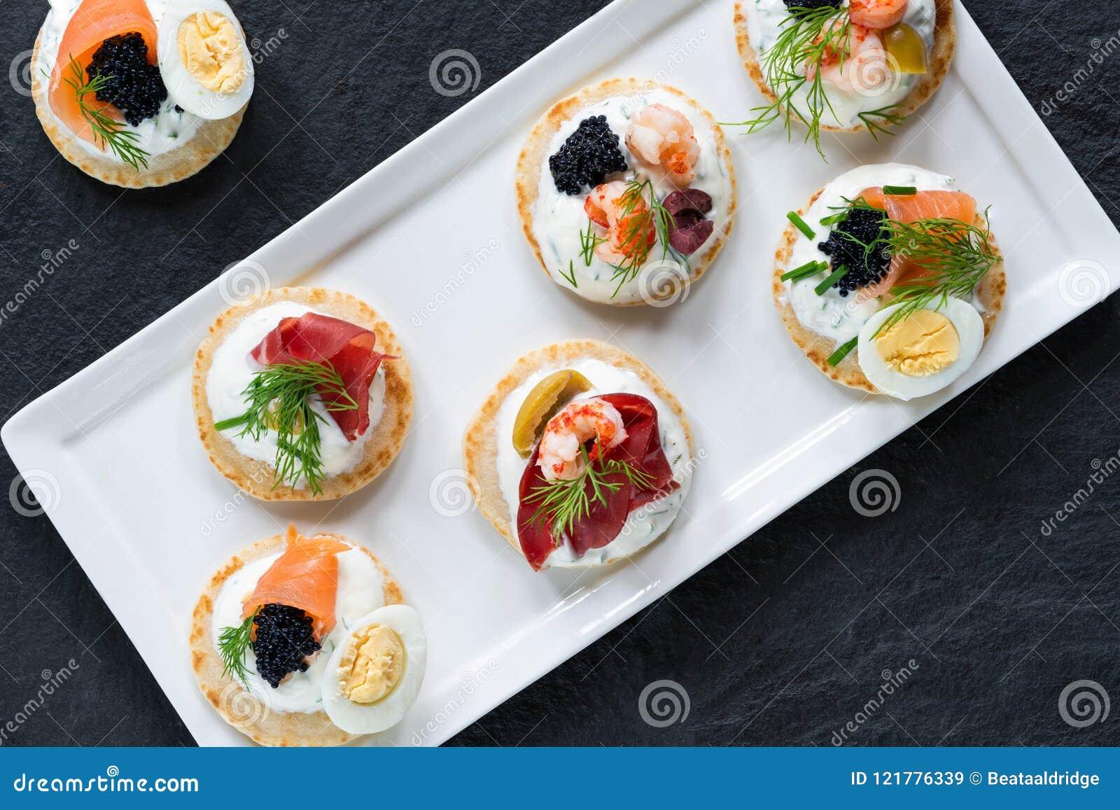 Sélection des blinis de cocktail - nourriture gastronome de partie