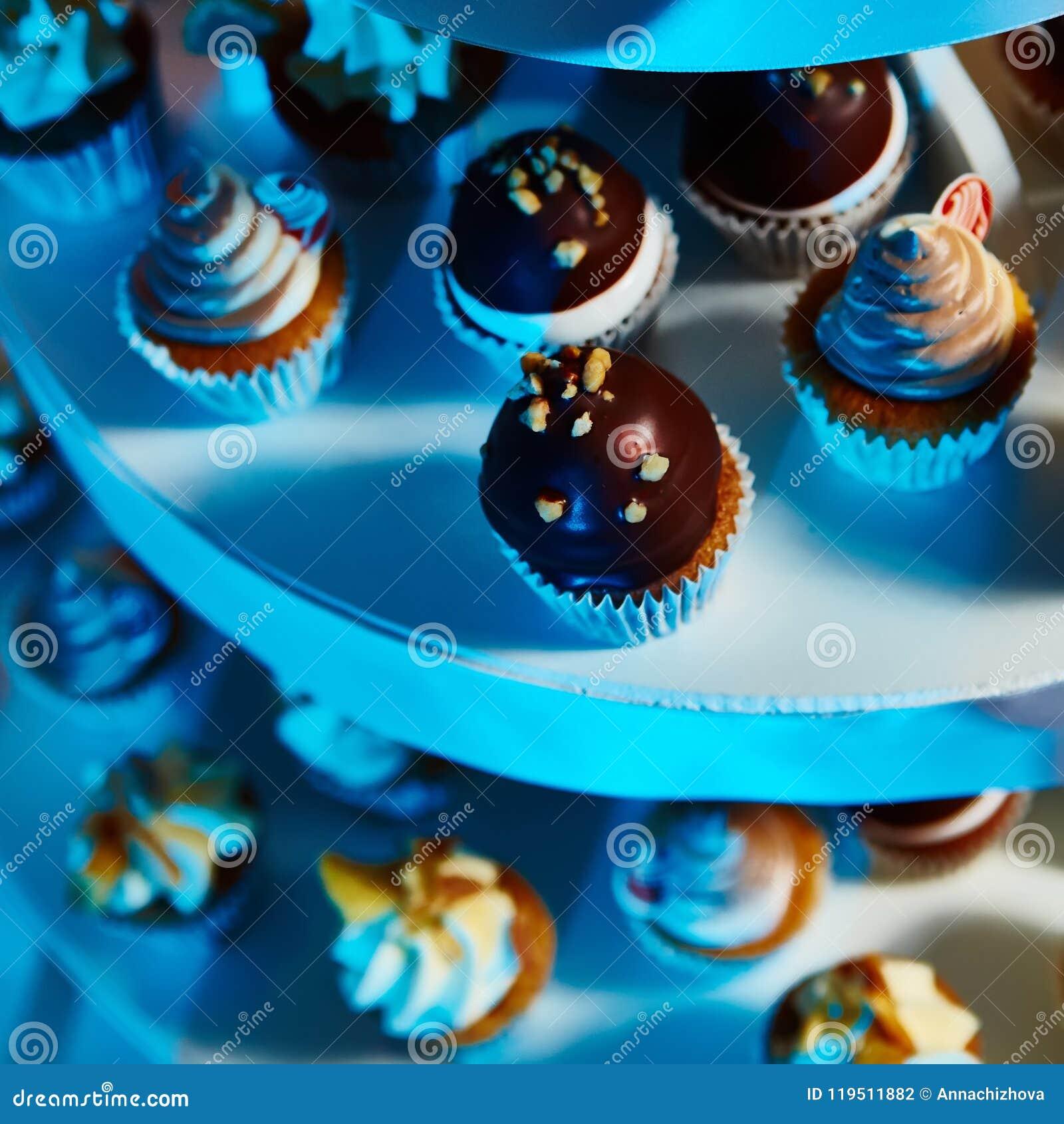 Sélection des desserts décoratifs sur la table de buffet à l événement approvisionné