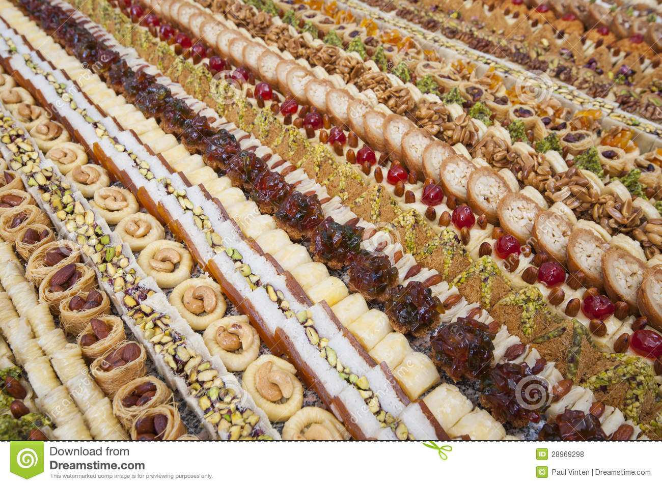 http://thumbs.dreamstime.com/z/s%C3%A9lection-des-petits-fours-28969298.jpg