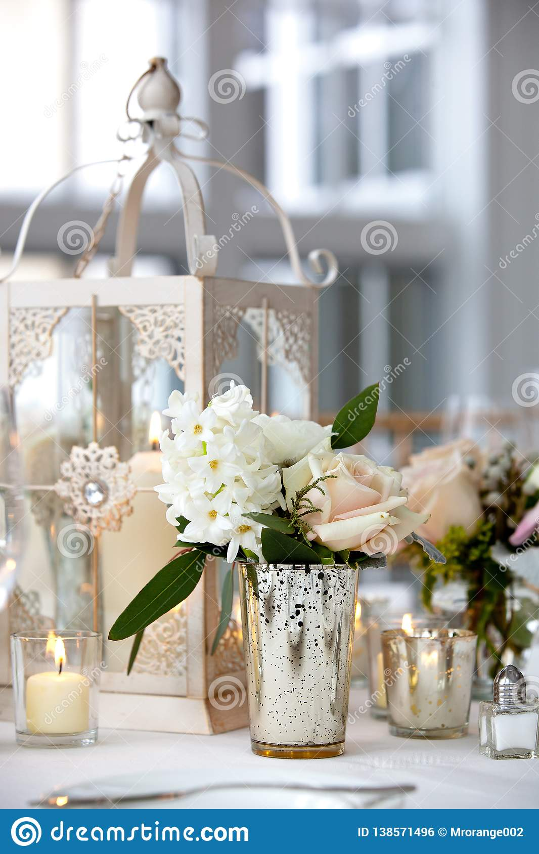 Série da decoração da tabela do casamento - ramalhete macio do rosa e o branco das flores em uns vasos