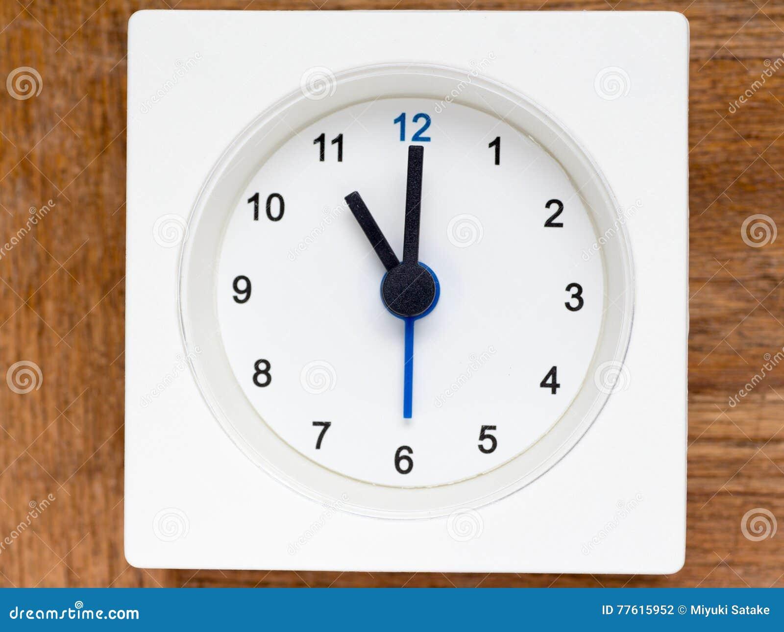 Série da sequência do tempo no pulso de disparo análogo branco simples
