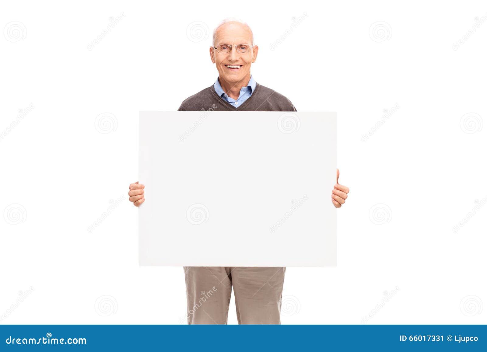 Sênior alegre que guarda um quadro indicador branco