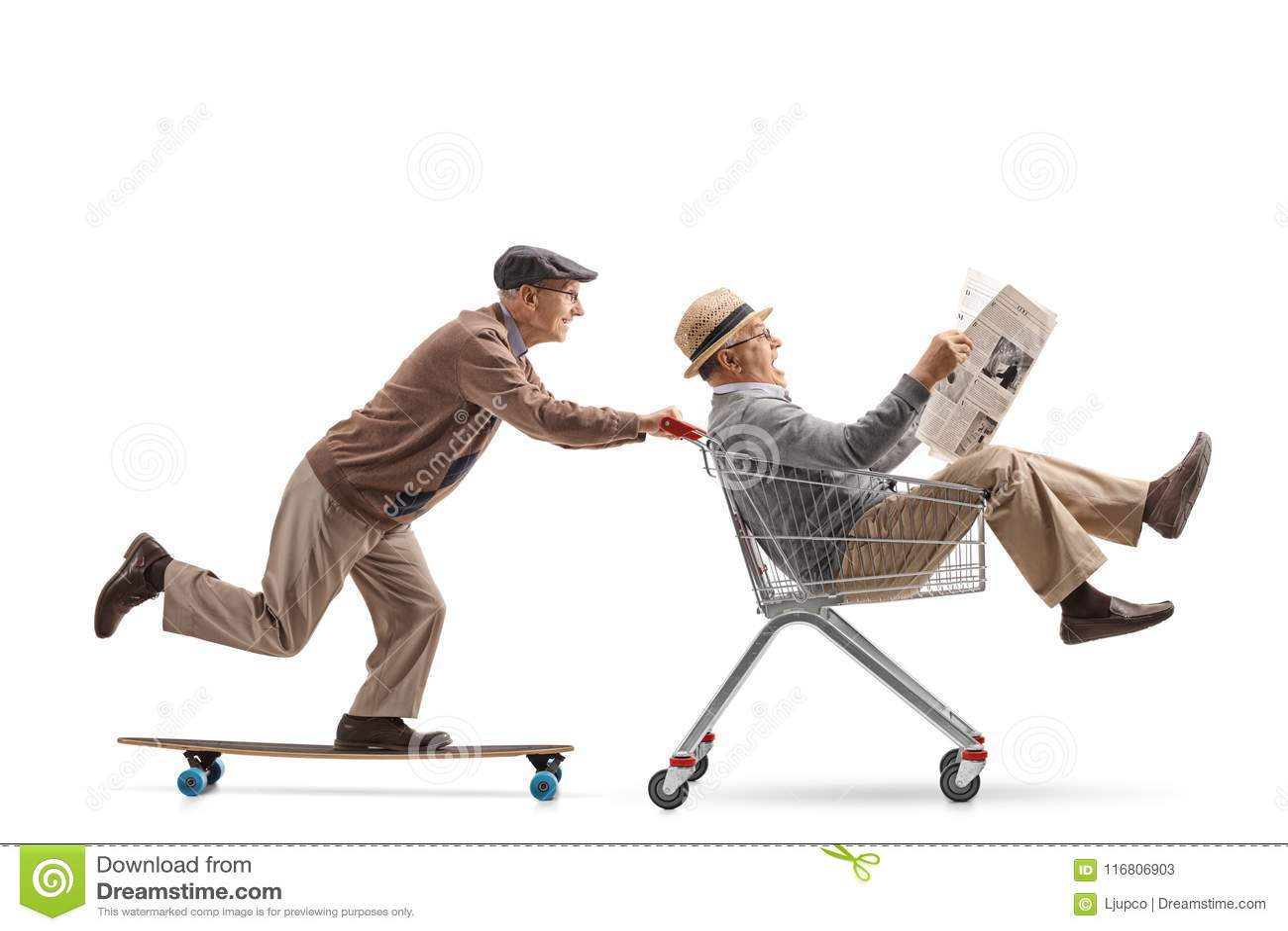 Sênior que monta um longboard e que empurra um carrinho de compras com anoth