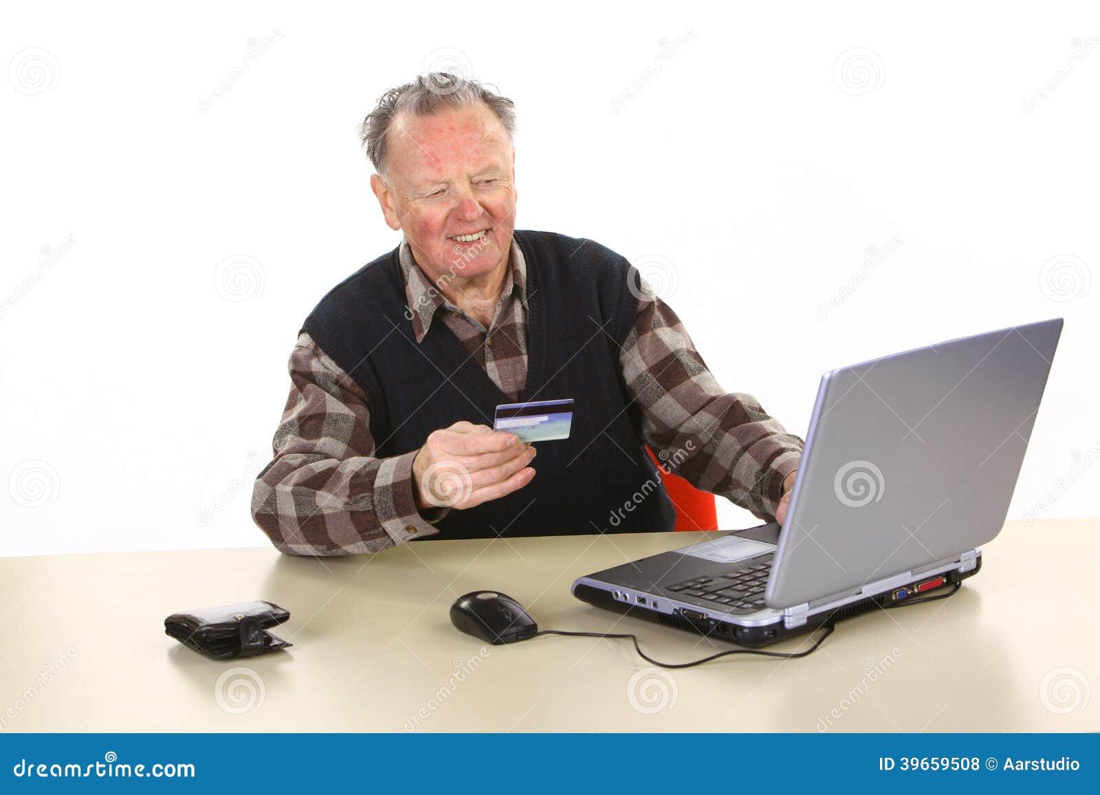 Sênior que usa Internet banking