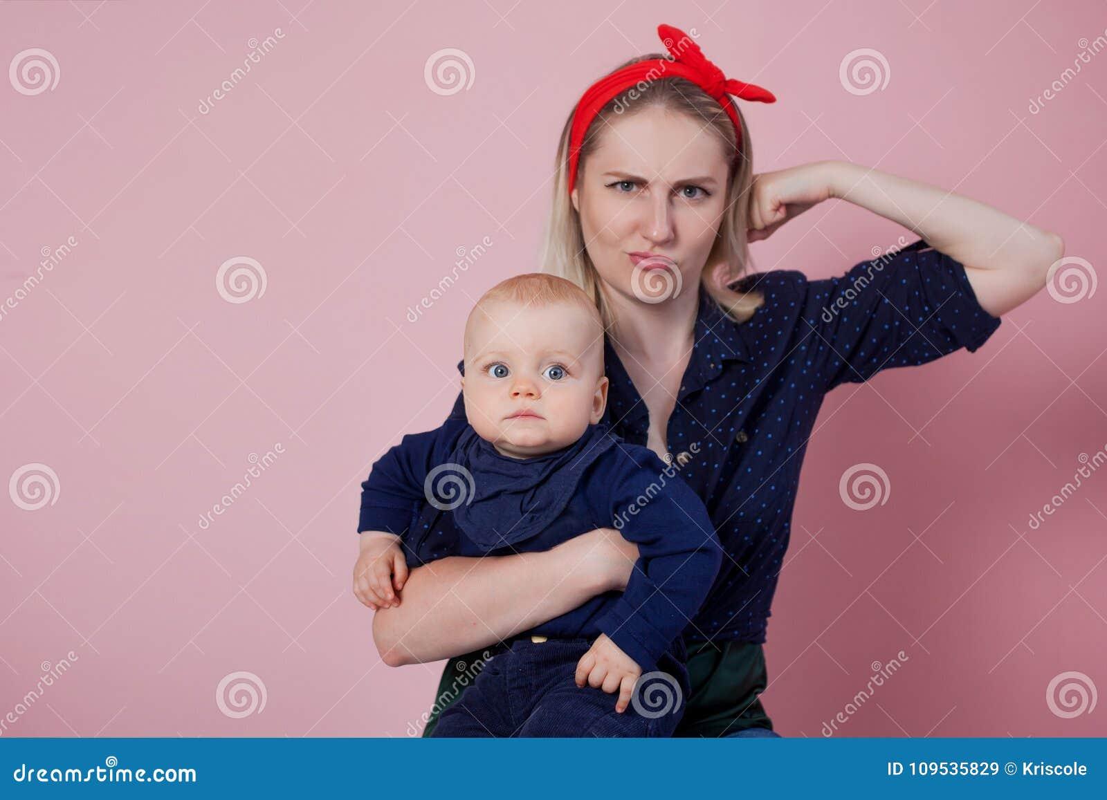 Sì, potete Giovane bella madre bionda con un bambino sveglio