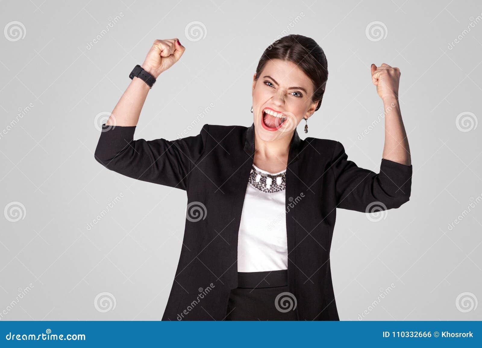 Sì, vinco! Vittoria ottimista di esultanza della donna di affari di felicità