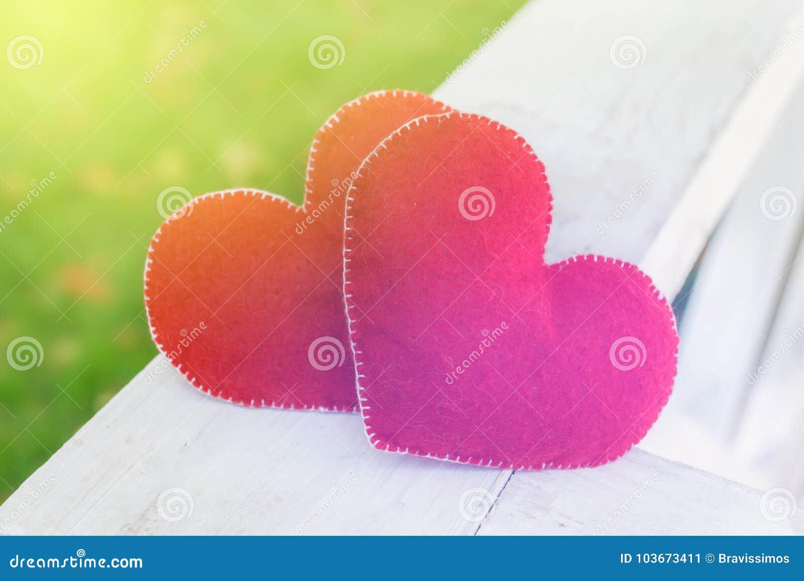 Símbolo abstrato do fundo do dia de Valentim Conceito de dois corações do amor