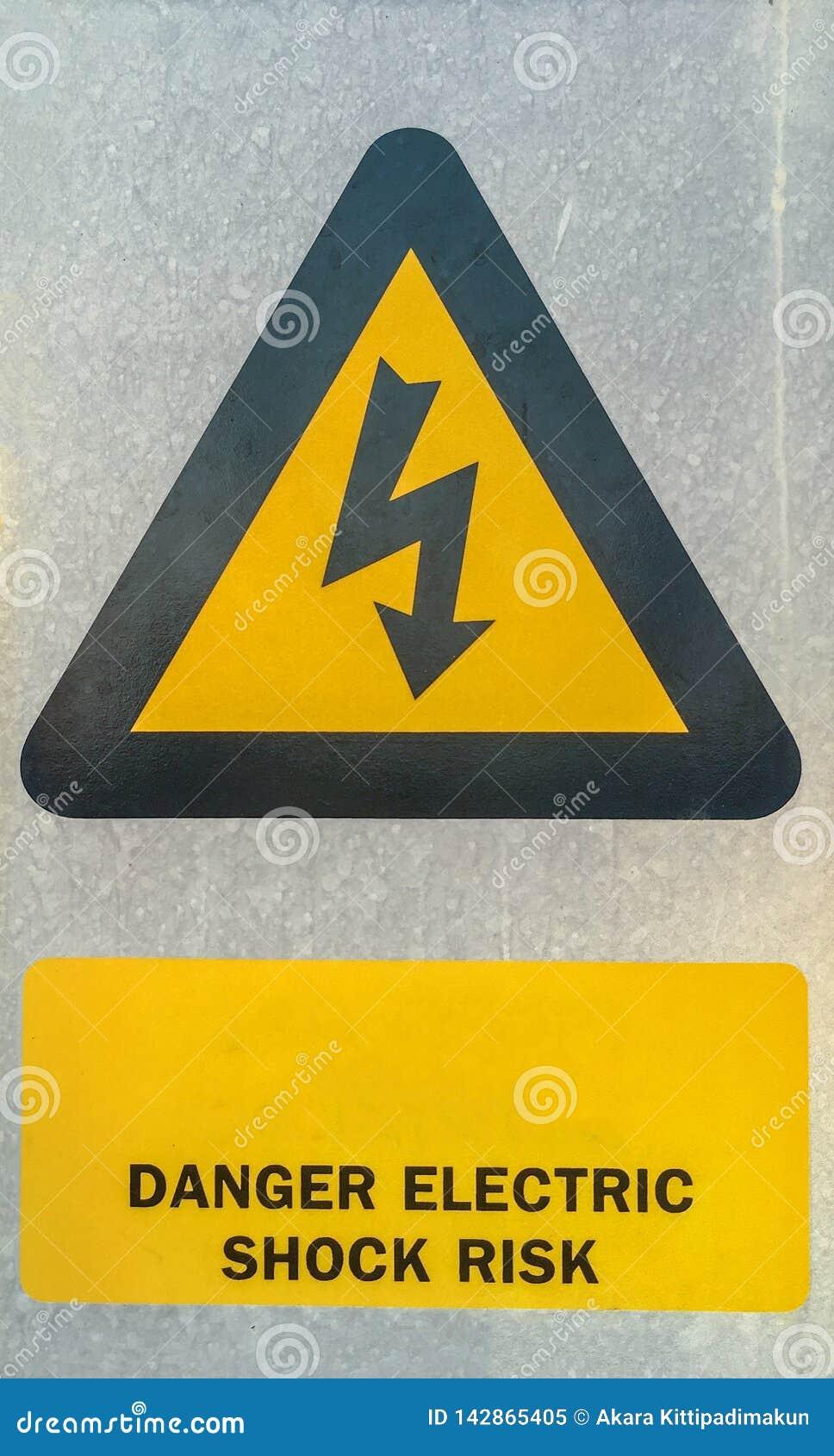 Símbolo de alta tensão na placa de aço