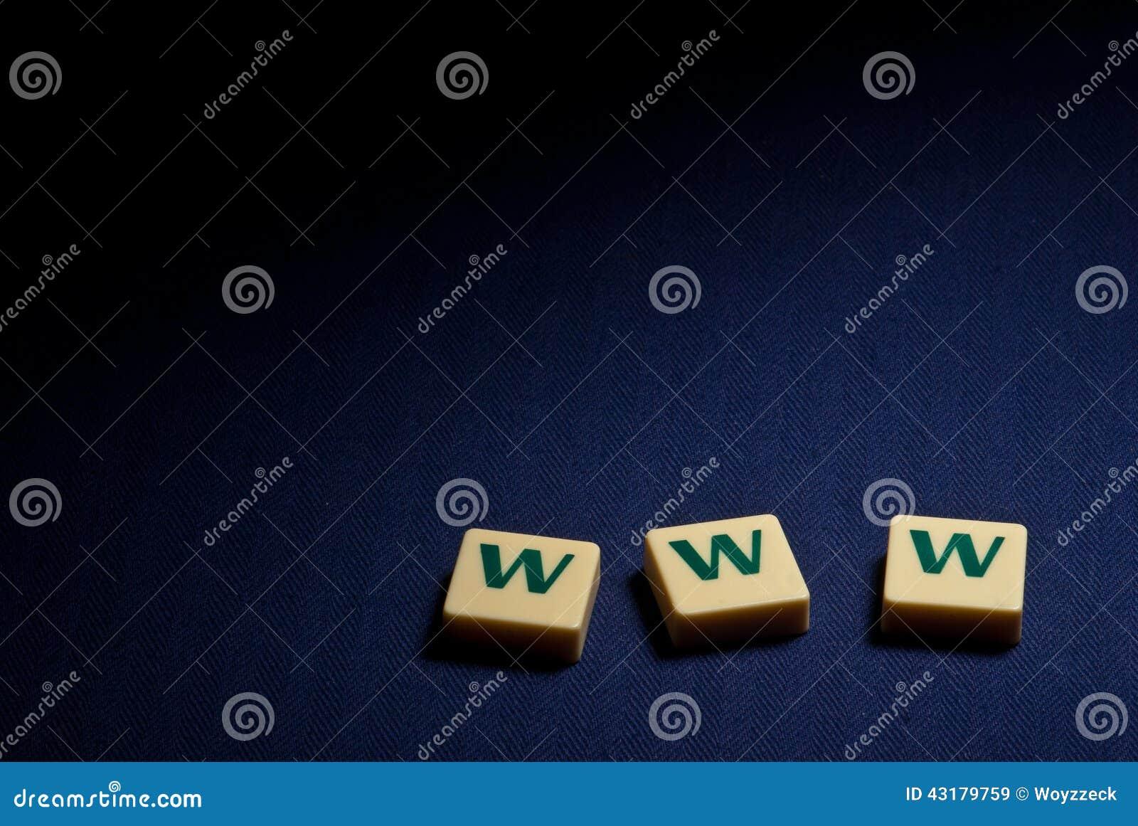 Símbolo de letra plástico de WWW del World Wide Web en fondo azul
