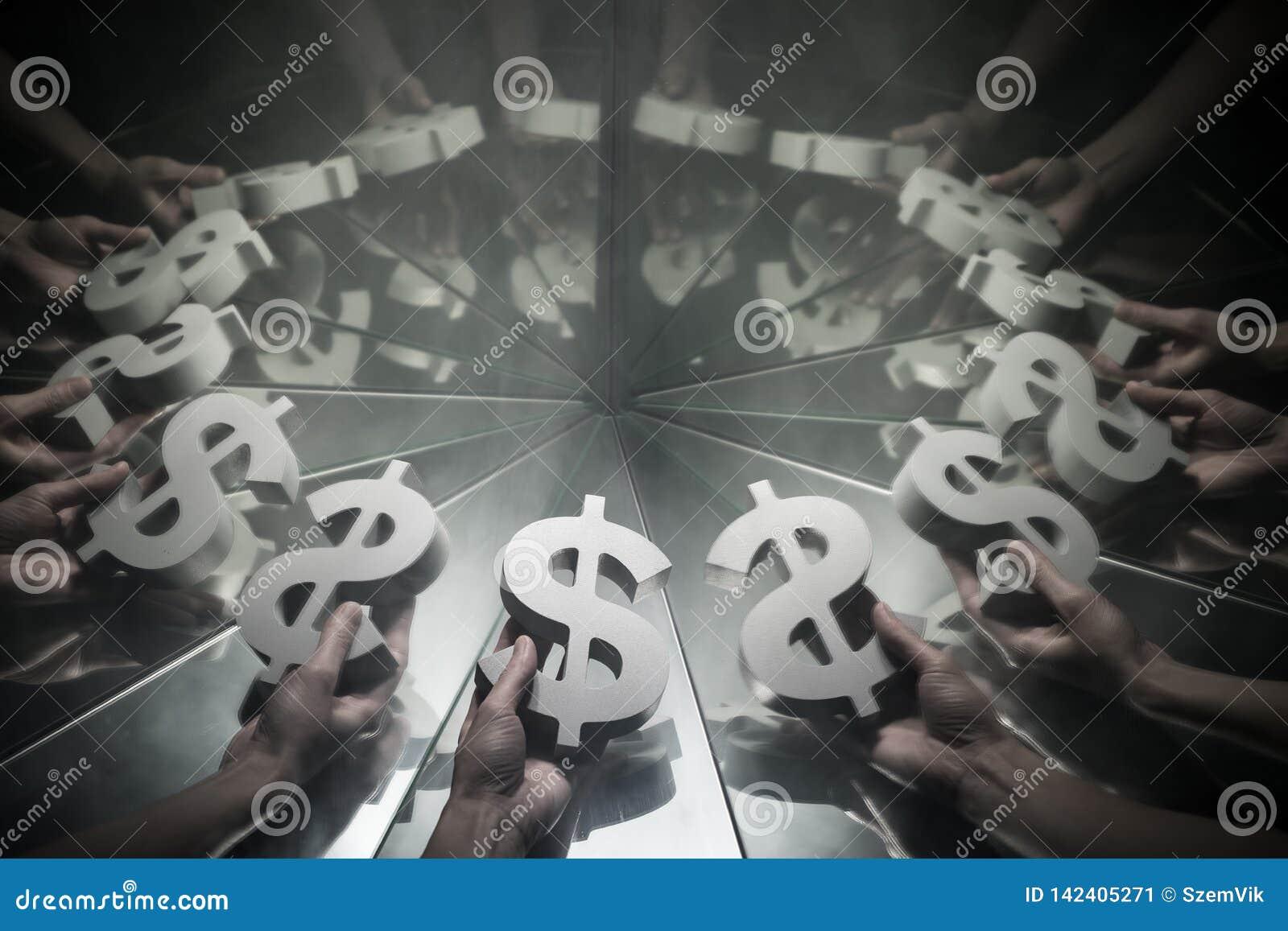 Símbolo de moneda del dólar americano en el espejo y cubierto en humo