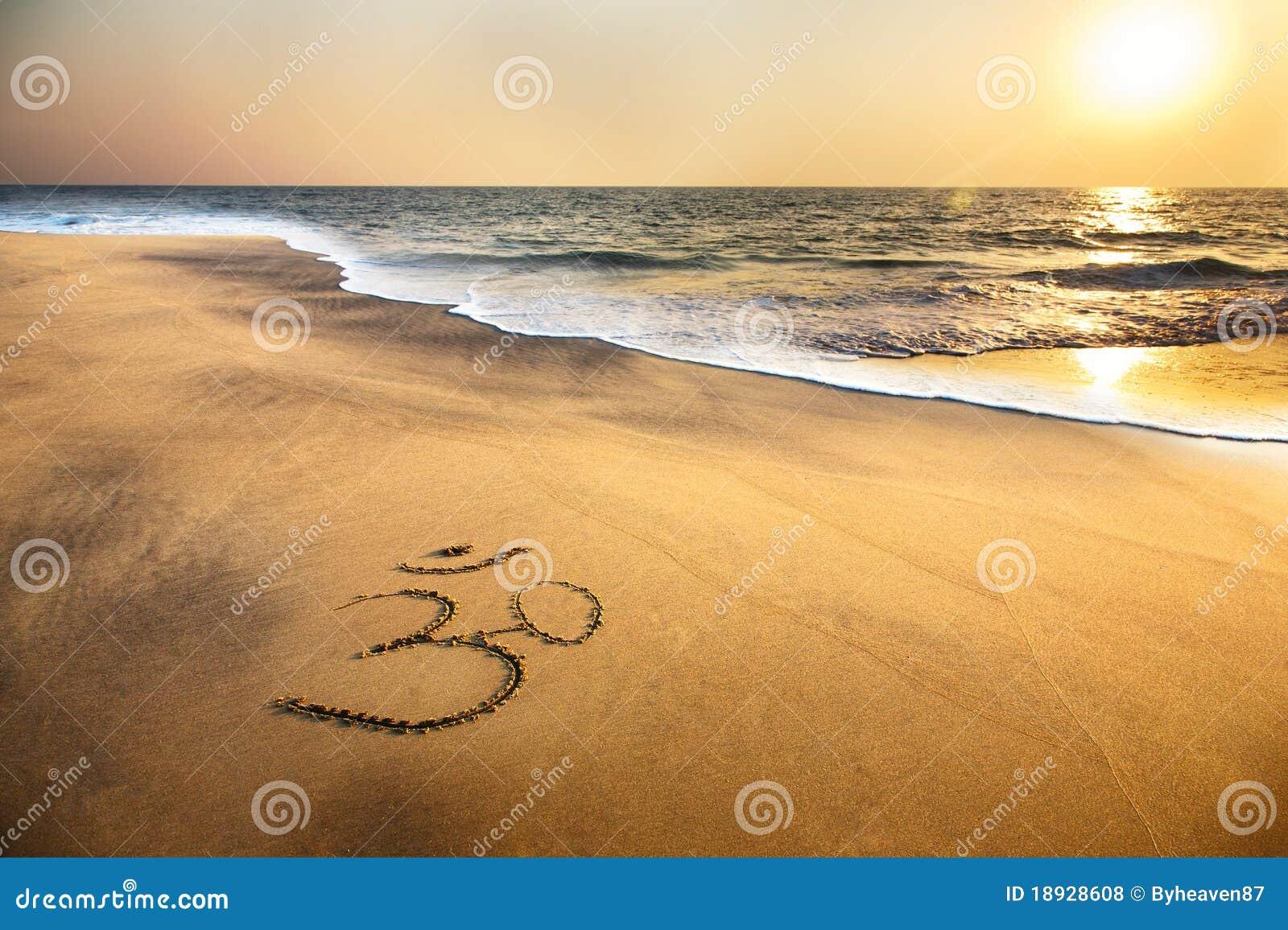 Símbolo de OM en la playa