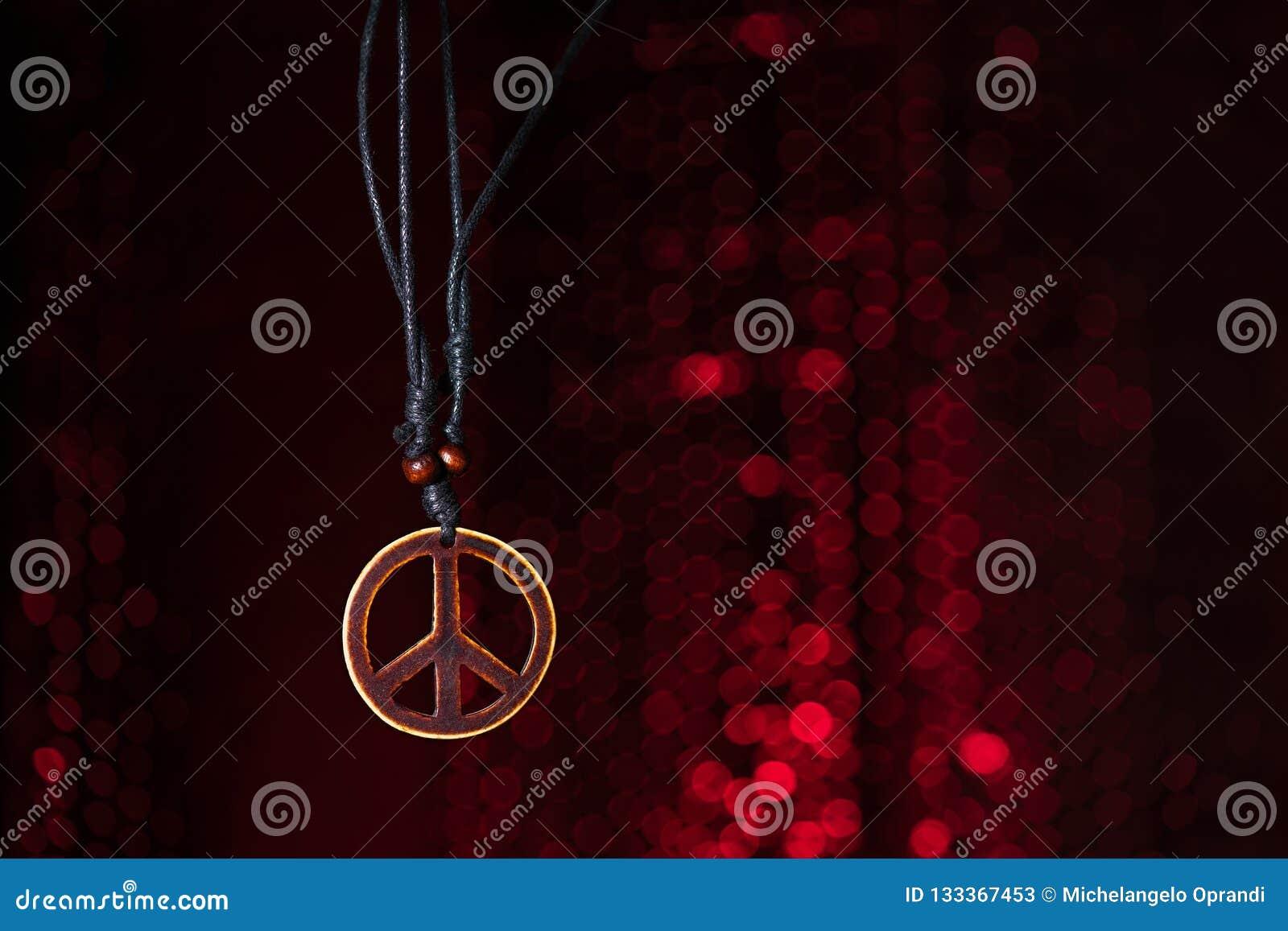 Símbolo de paz de madeira com fundo das luzes vermelhas