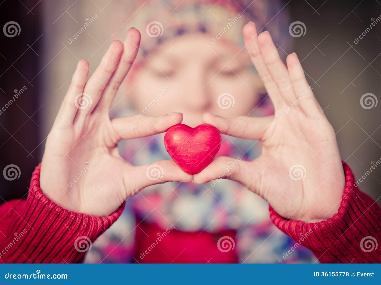Símbolo del amor de la forma del corazón en manos de la mujer