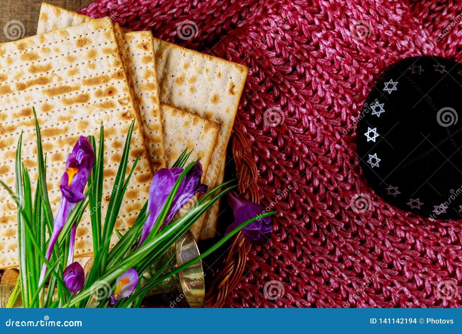 Símbolos de la pascua judía de Pesach del gran día de fiesta judío Matzoh, matzah o matzo tradicional