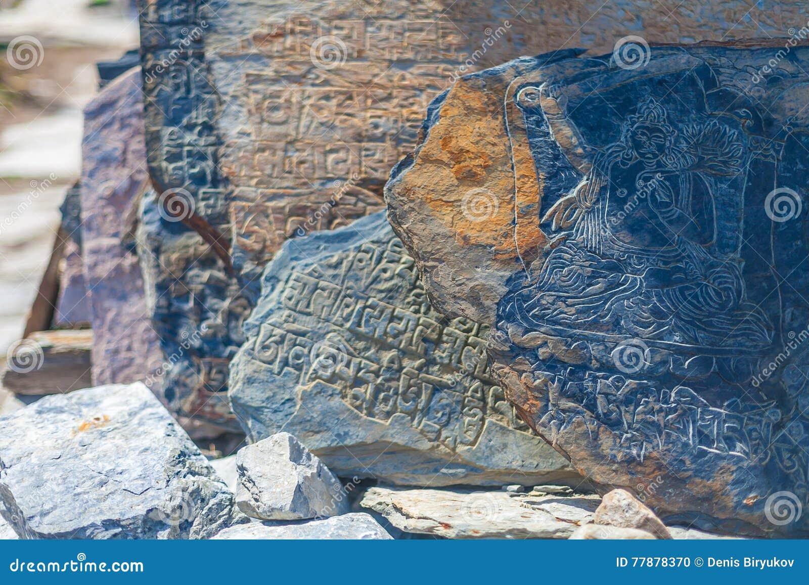 Símbolos Y Mantras De Buddist De La Piedra Del Drenaje De Autentic De La Foto Del Primer Horizontal Viaje Trakking De Nepal Foto de archivo