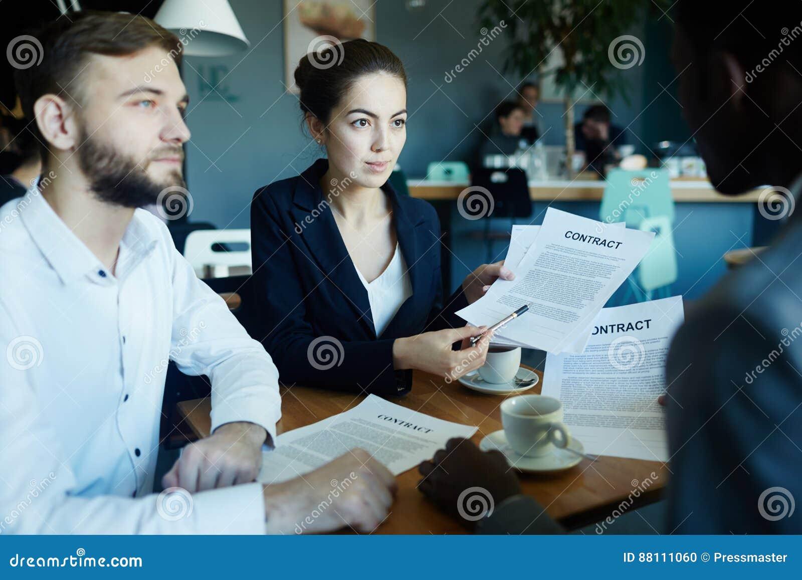 Sócios comerciais que discutem o negócio na tabela de reunião