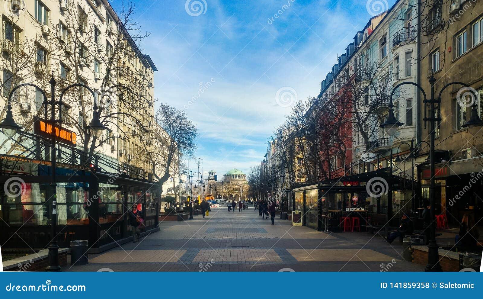 Sófia, Bulgária - 11 de março de 2019: Rua de passeio pedestre de Sófia em um dia ensolarado