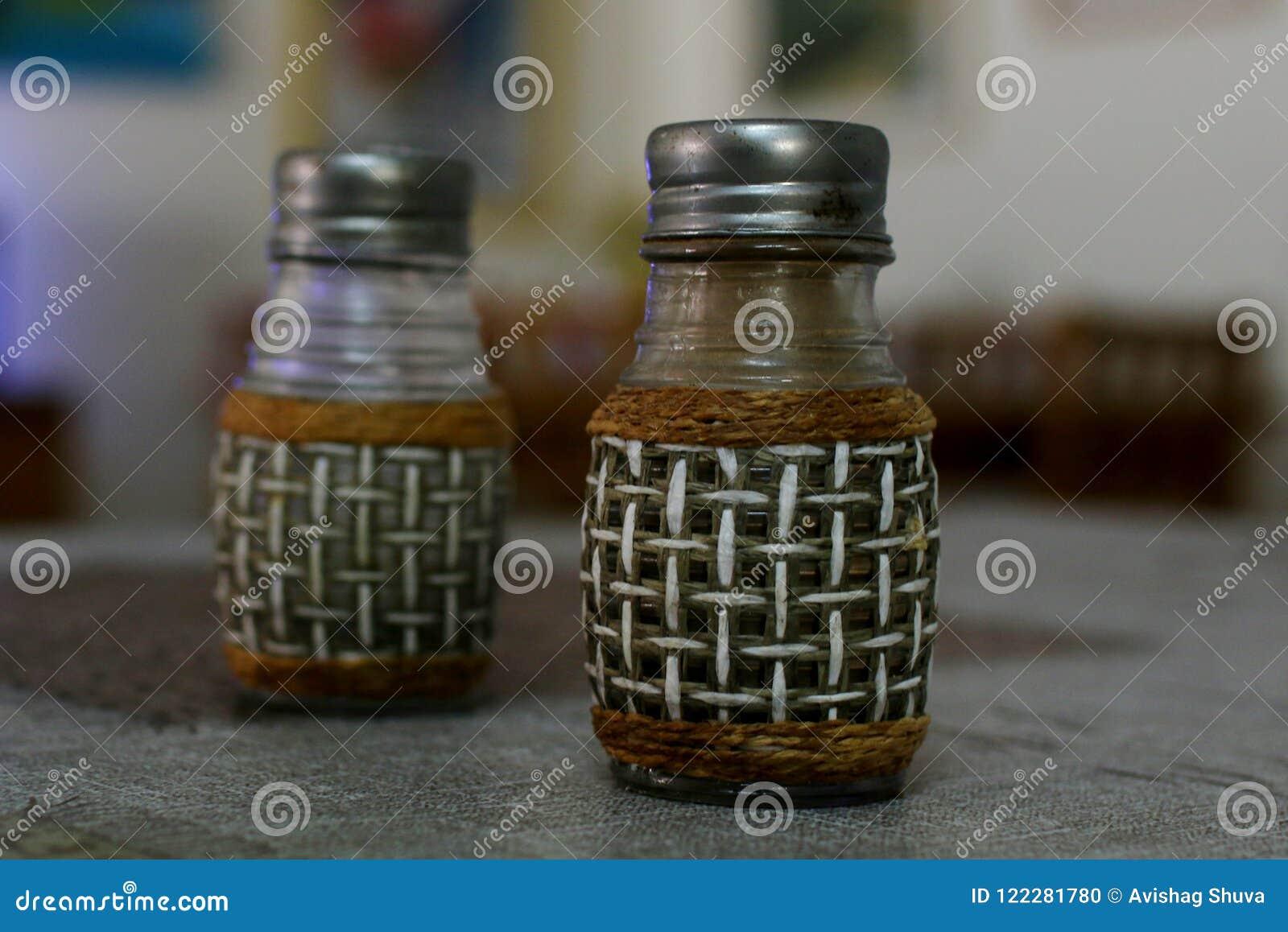 Sól i pieprz na kuchennym stole