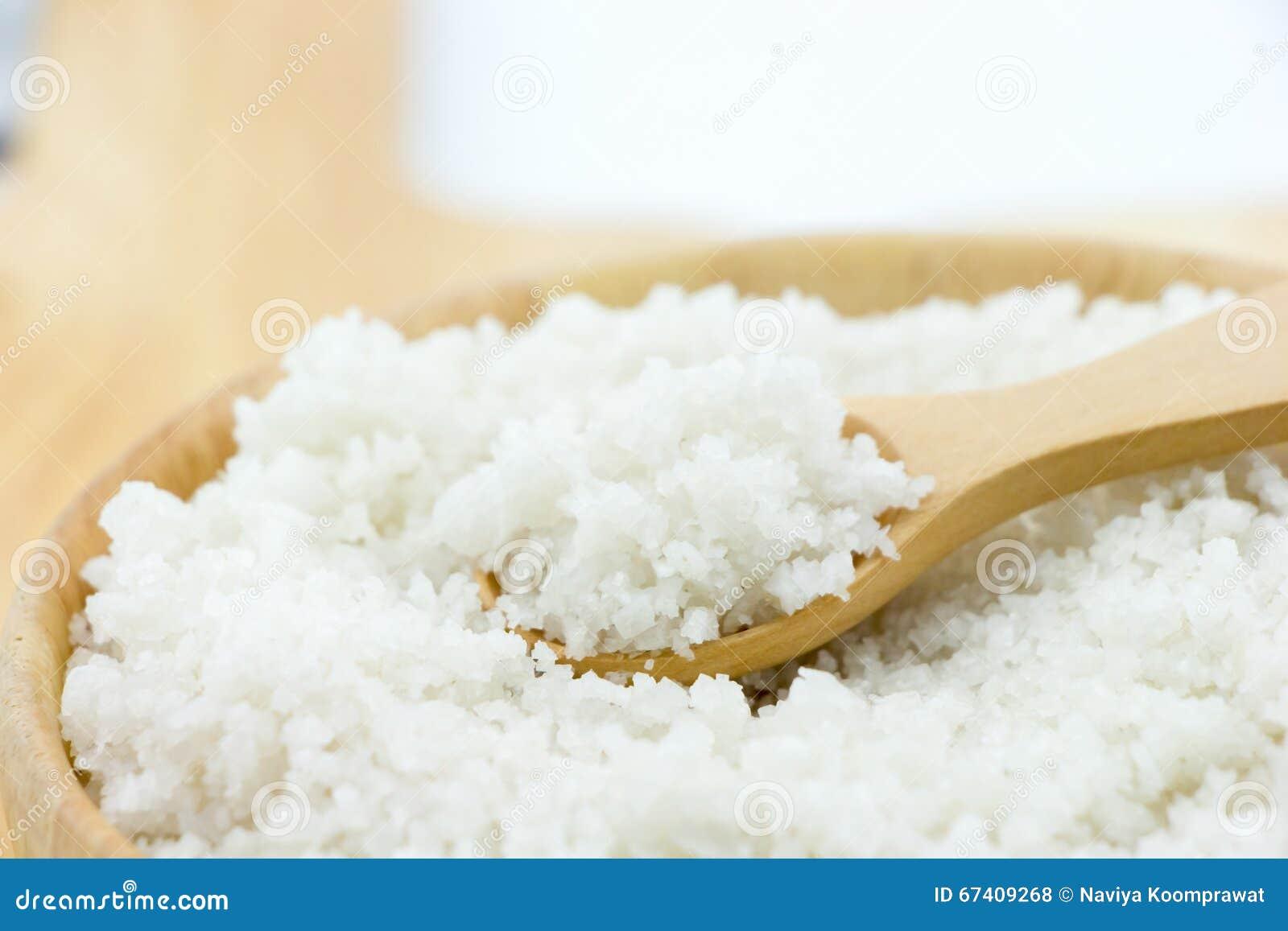 Sól w drewnianym pucharze