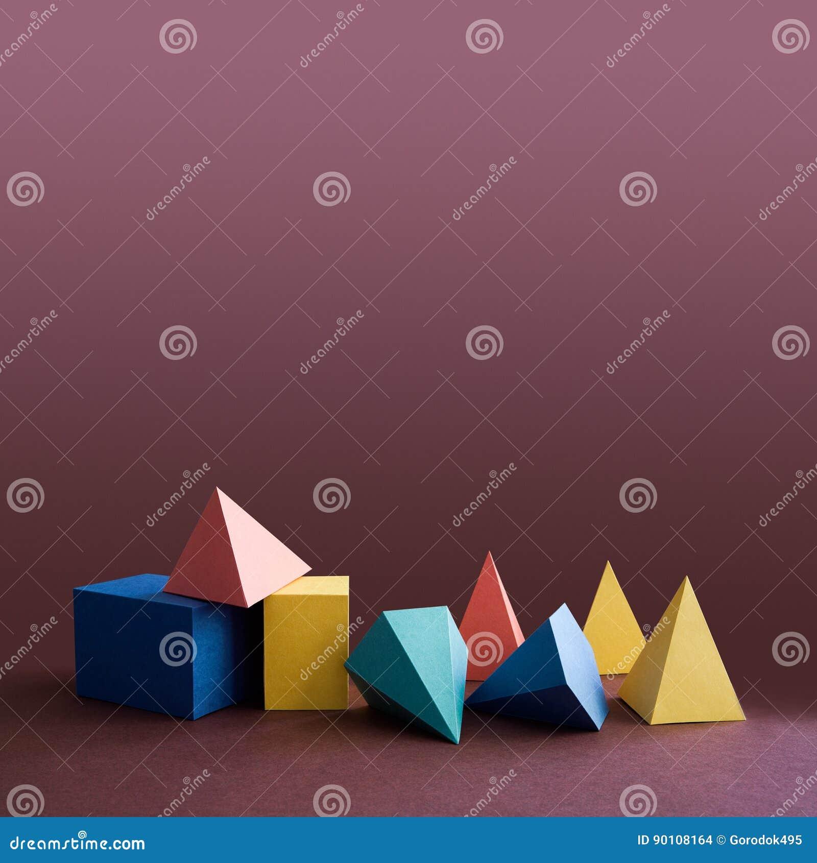 Sólidos platônicos coloridos, figuras geométricas abstratas no fundo violeta Azul retangular do amarelo do cubo de prisma da pirâ
