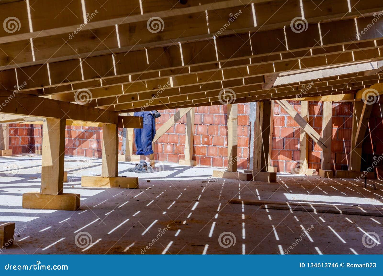 Sótão de madeira sob a construção, terreno de construção