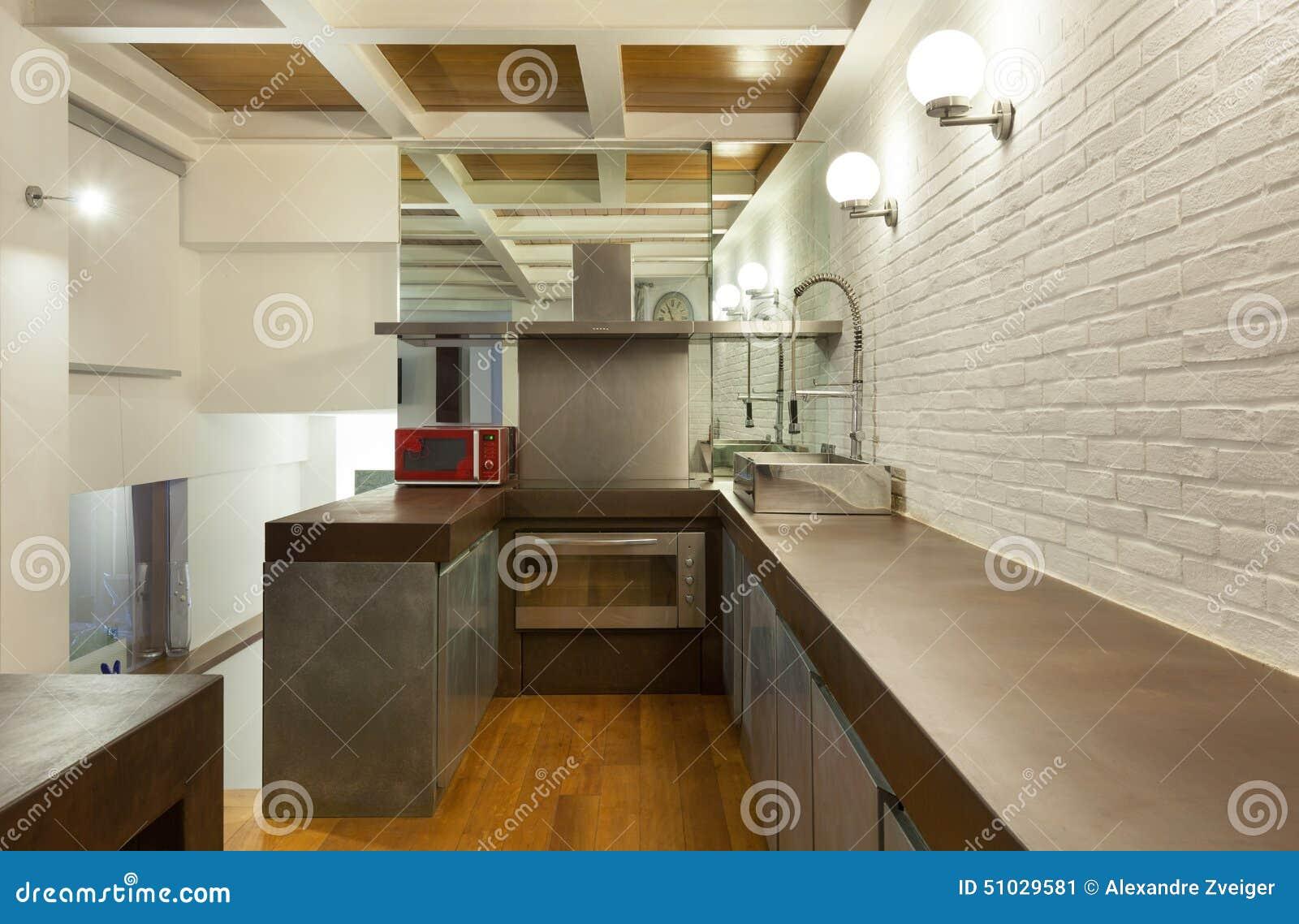 Sótão interior, largo, cozinha doméstica