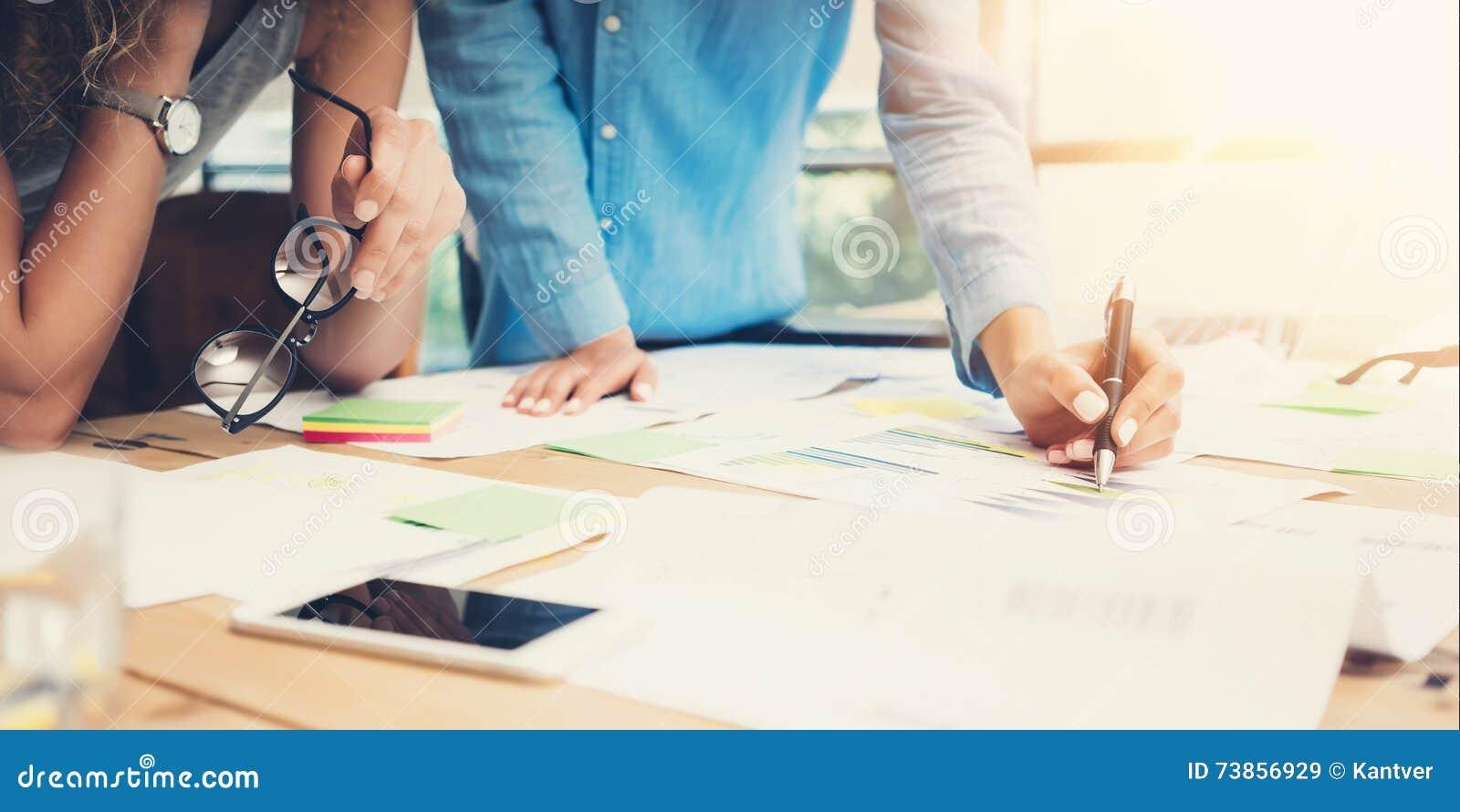 Sótão moderno do escritório do processo do trabalho dos colegas de trabalho Gestores de conta Team Produce New Idea Project Funci