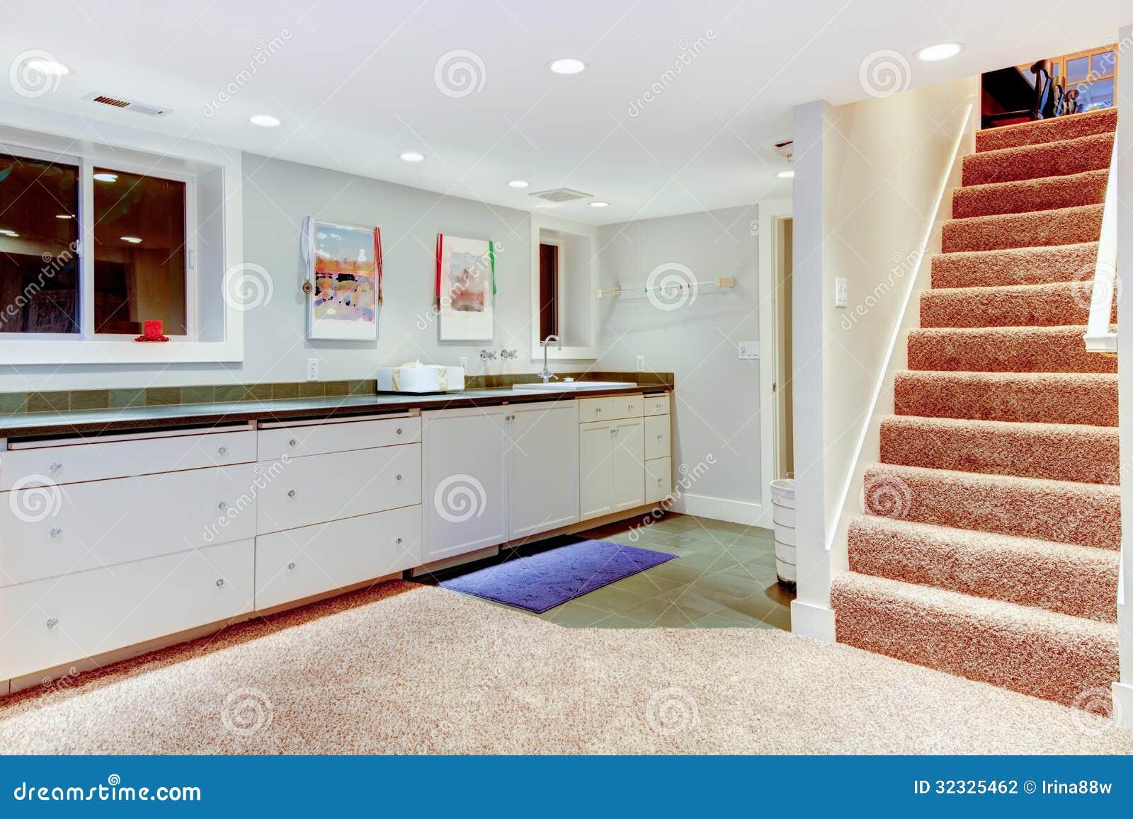 S tano con la escalera gabinetes blancos para el almacenamiento fotograf a - Escalier milieu de piece ...