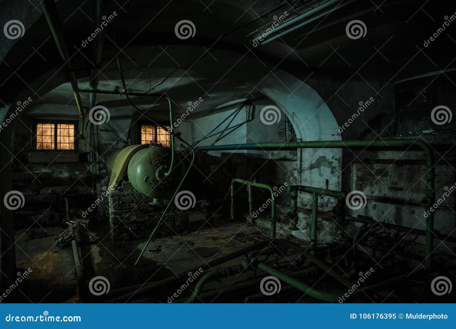 Sótano espeluznante viejo del asilo abandonado Caldera putrefacta vieja, tubos de calefacción