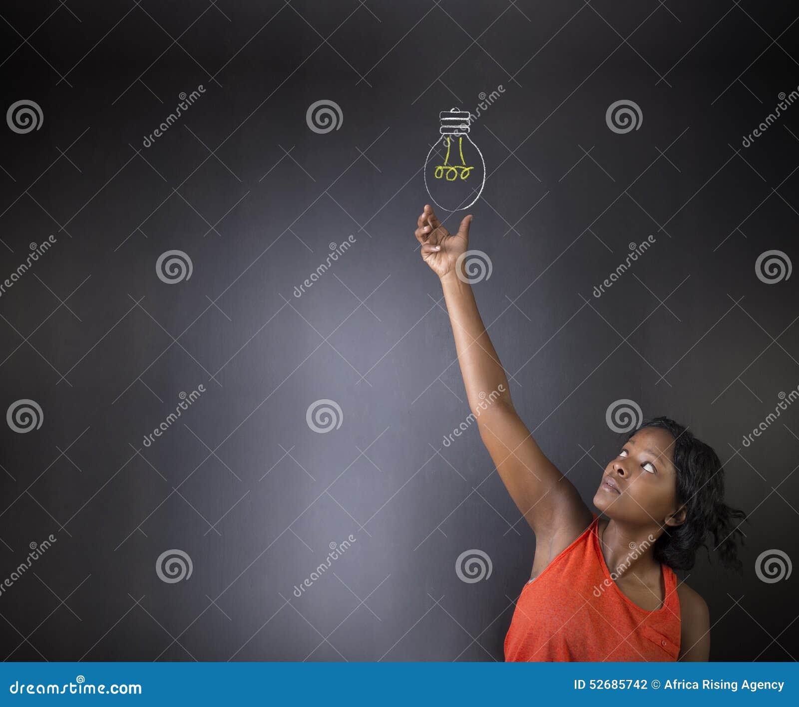 Södra - afrikan eller afrikansk amerikankvinnalärare eller för idékrita för student bakgrund för svart tavla för ljus lightbulb t
