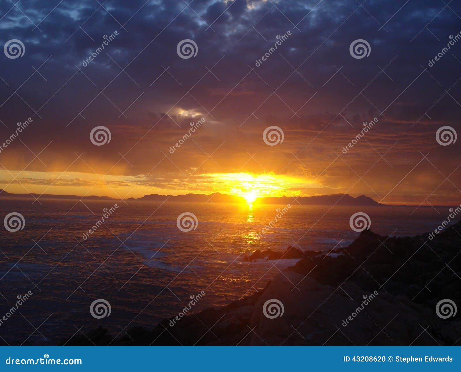 Download Södra - Afrikansk Solnedgång över Havet Arkivfoto - Bild av färger, härlig: 43208620