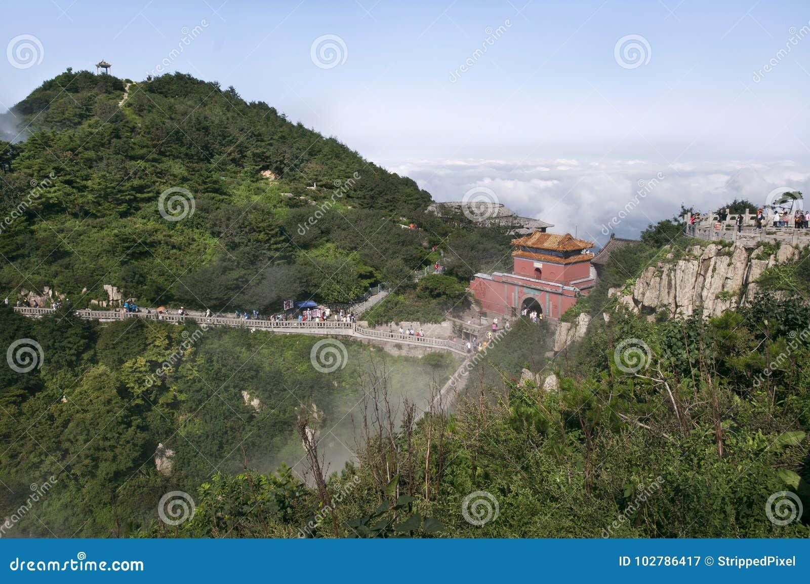 Södra port till himmel på toppmötet av Tai Shan, Kina