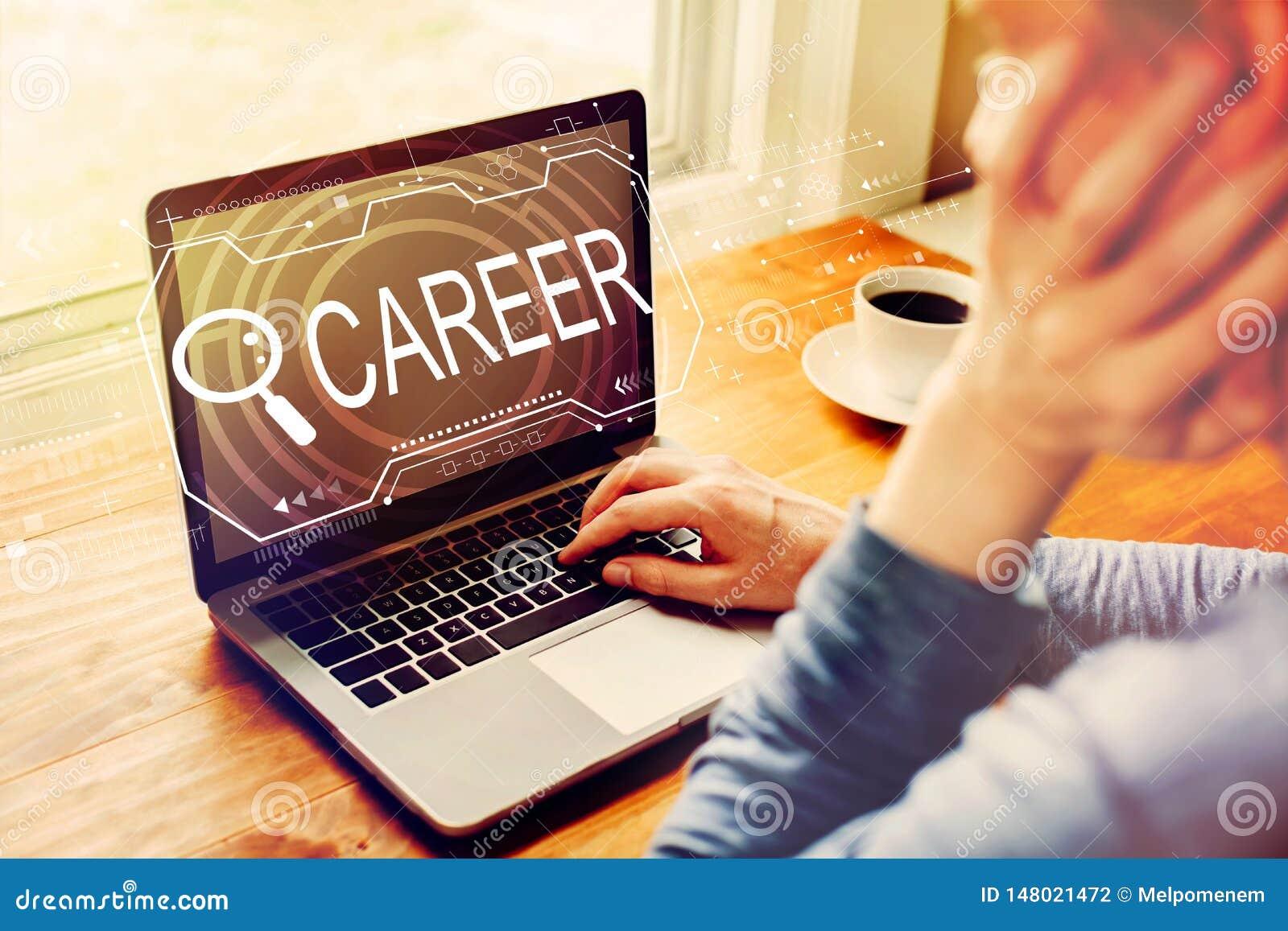 Sökande av karriärtema med mannen som använder en bärbar dator