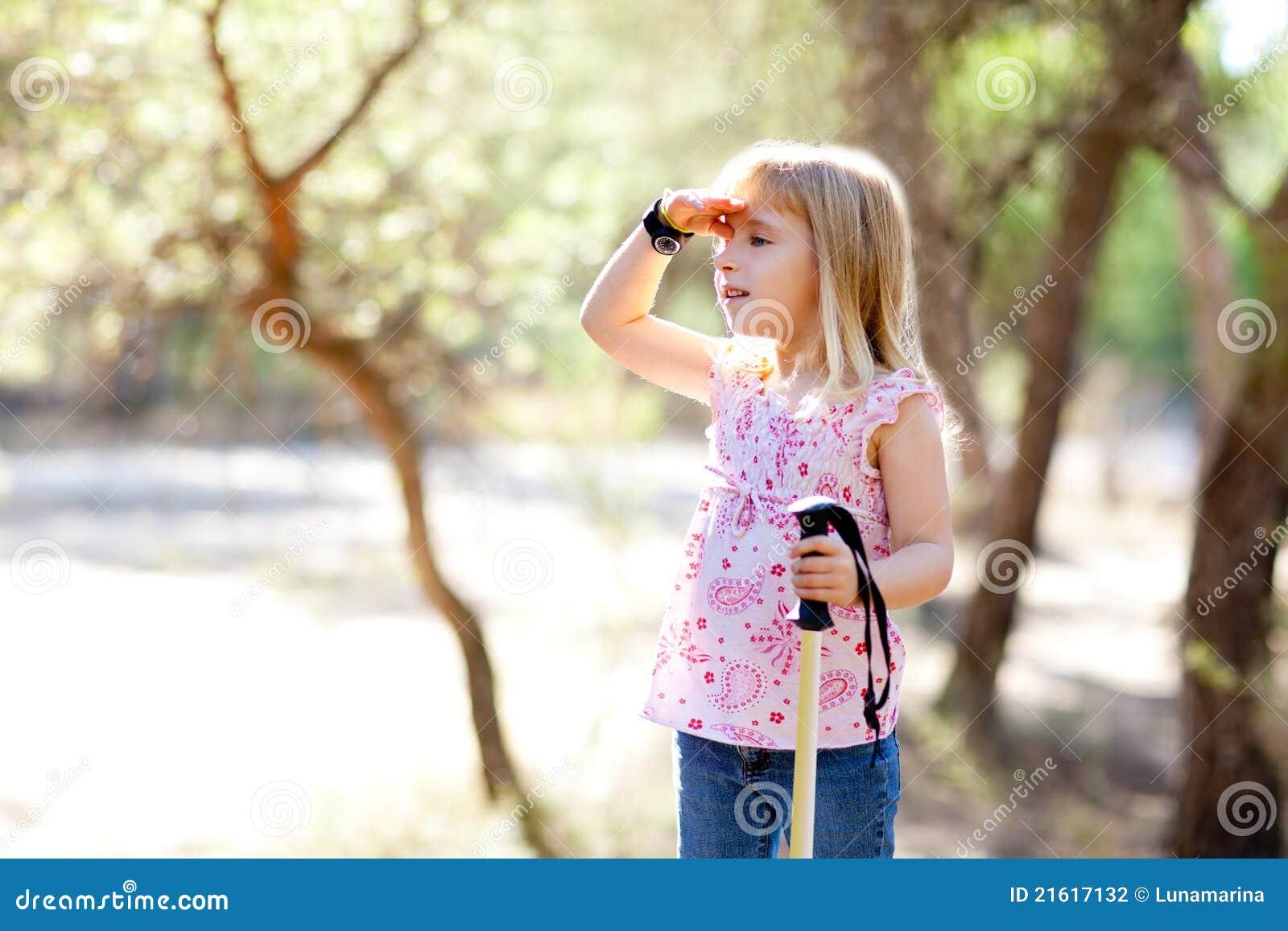 Sökande för unge för skogflickahand head fotvandra