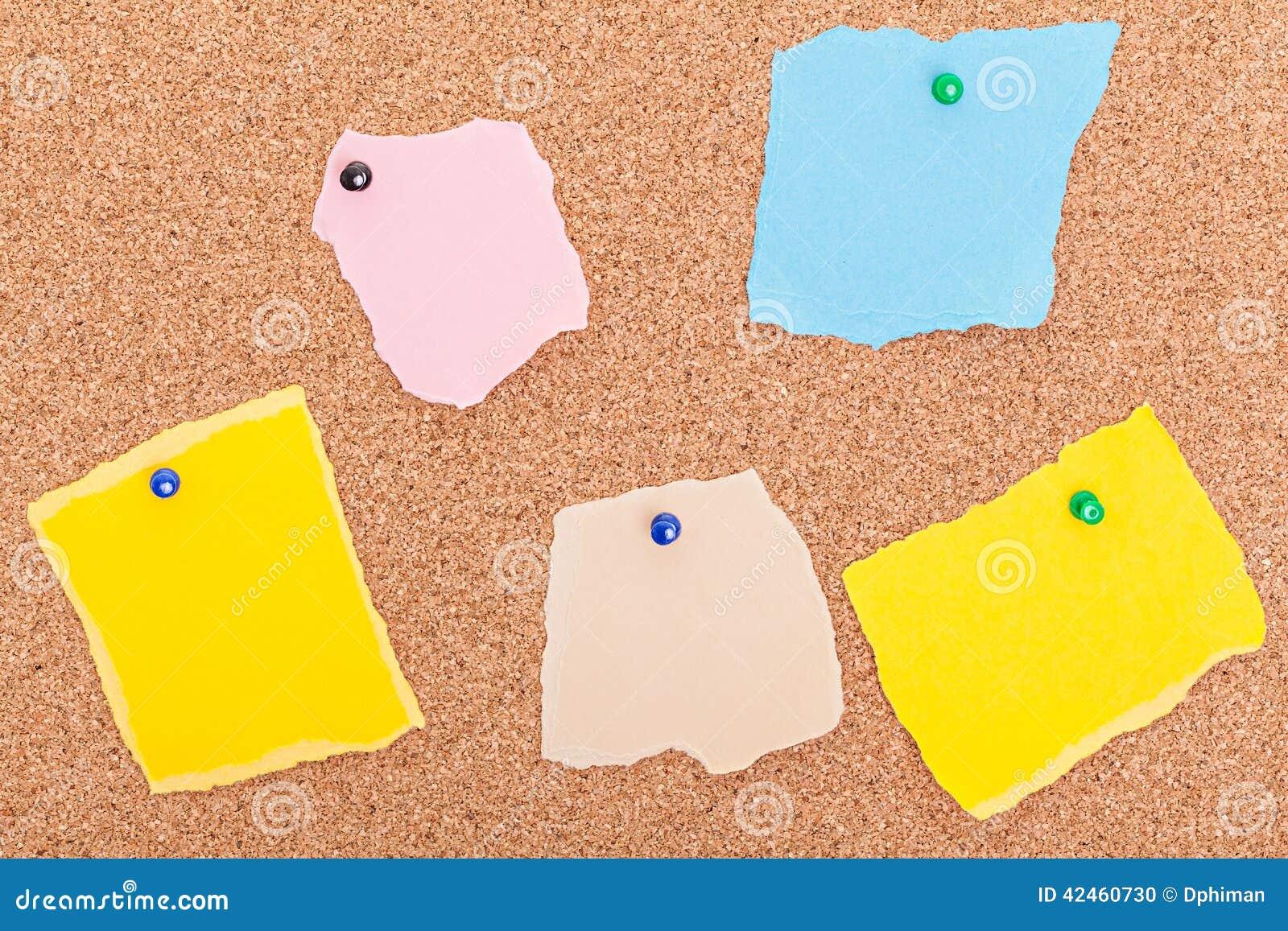 Sönderrivet pappers- bräde för anmärkningshäftstiftkork