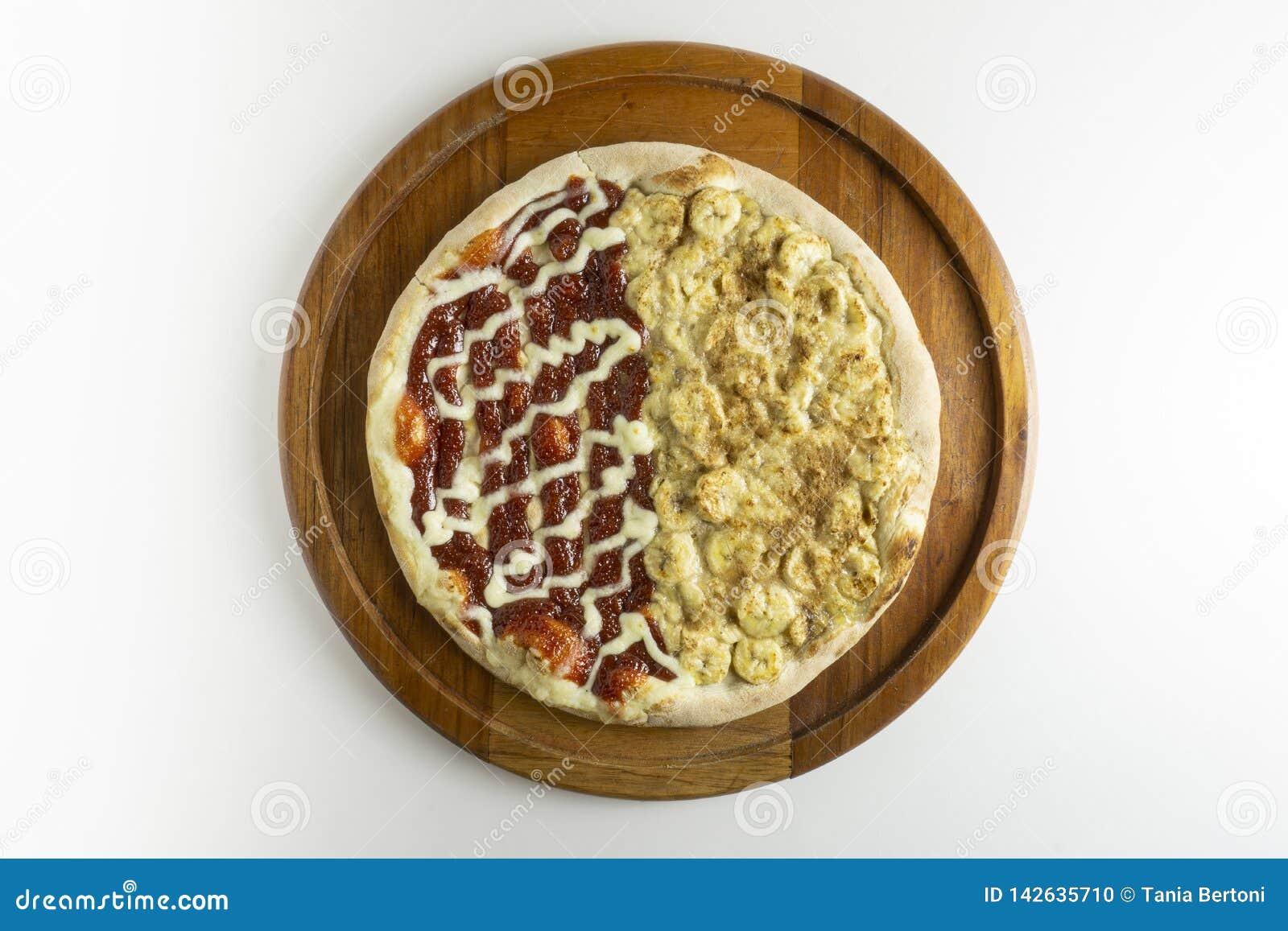 Söt banan- och guavapizza på vit bakgrund