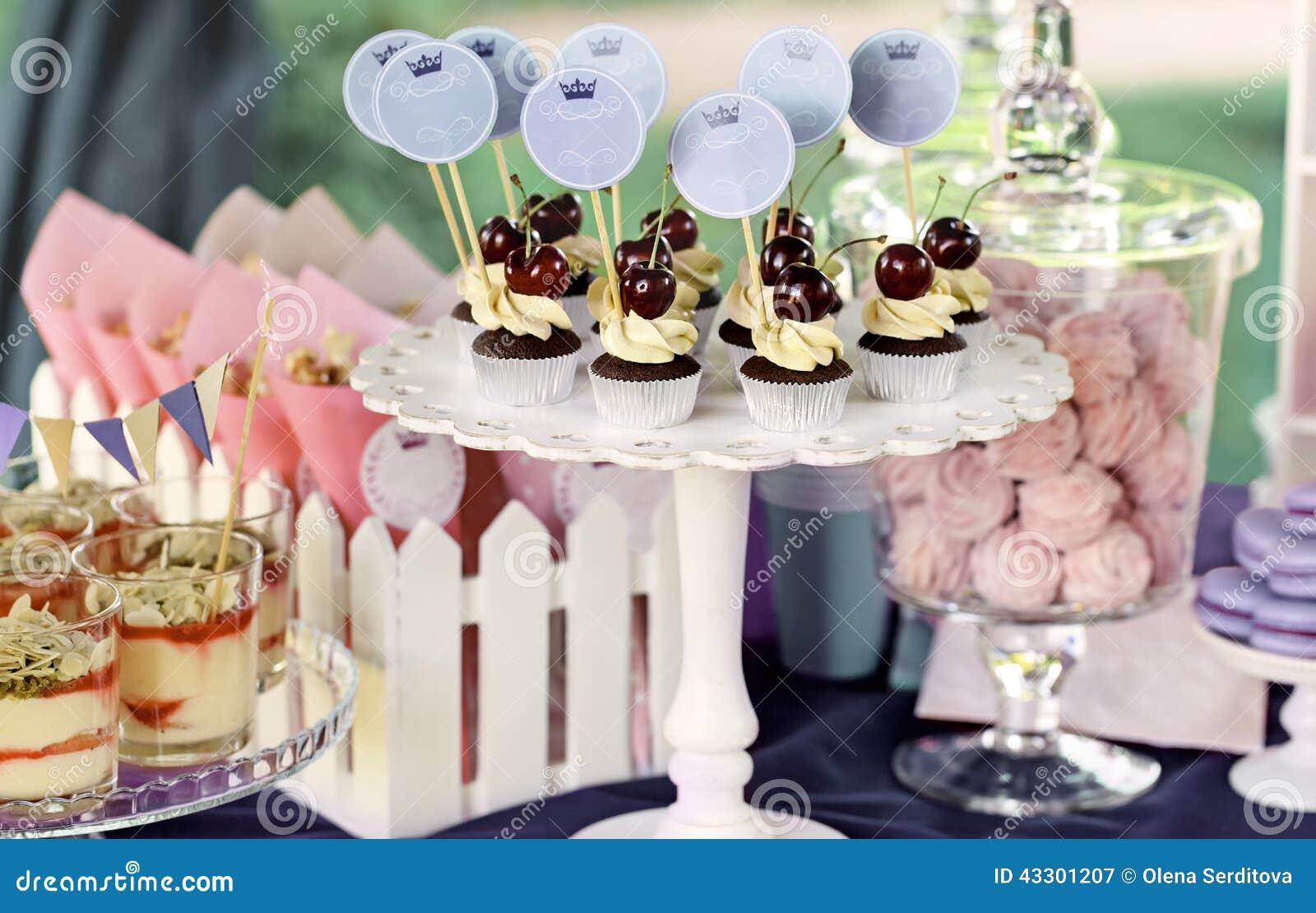 Söt feriebuffé med muffin och tiramisuexponeringsglas