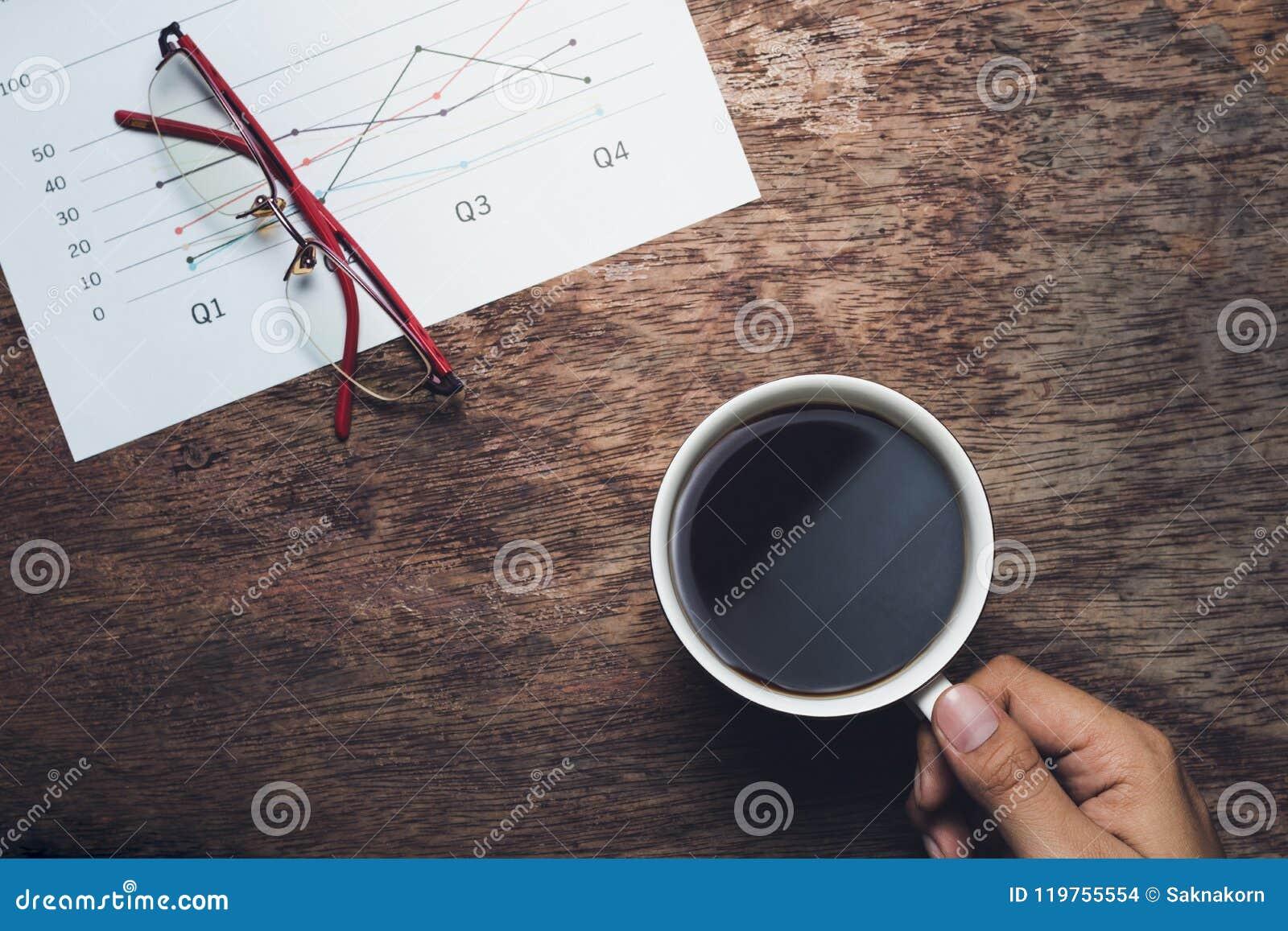 Söt kopp för giffel för bakgrundsavbrottskaffe Affärsman som dricker intelligens för kaffe och för summarisk rapport