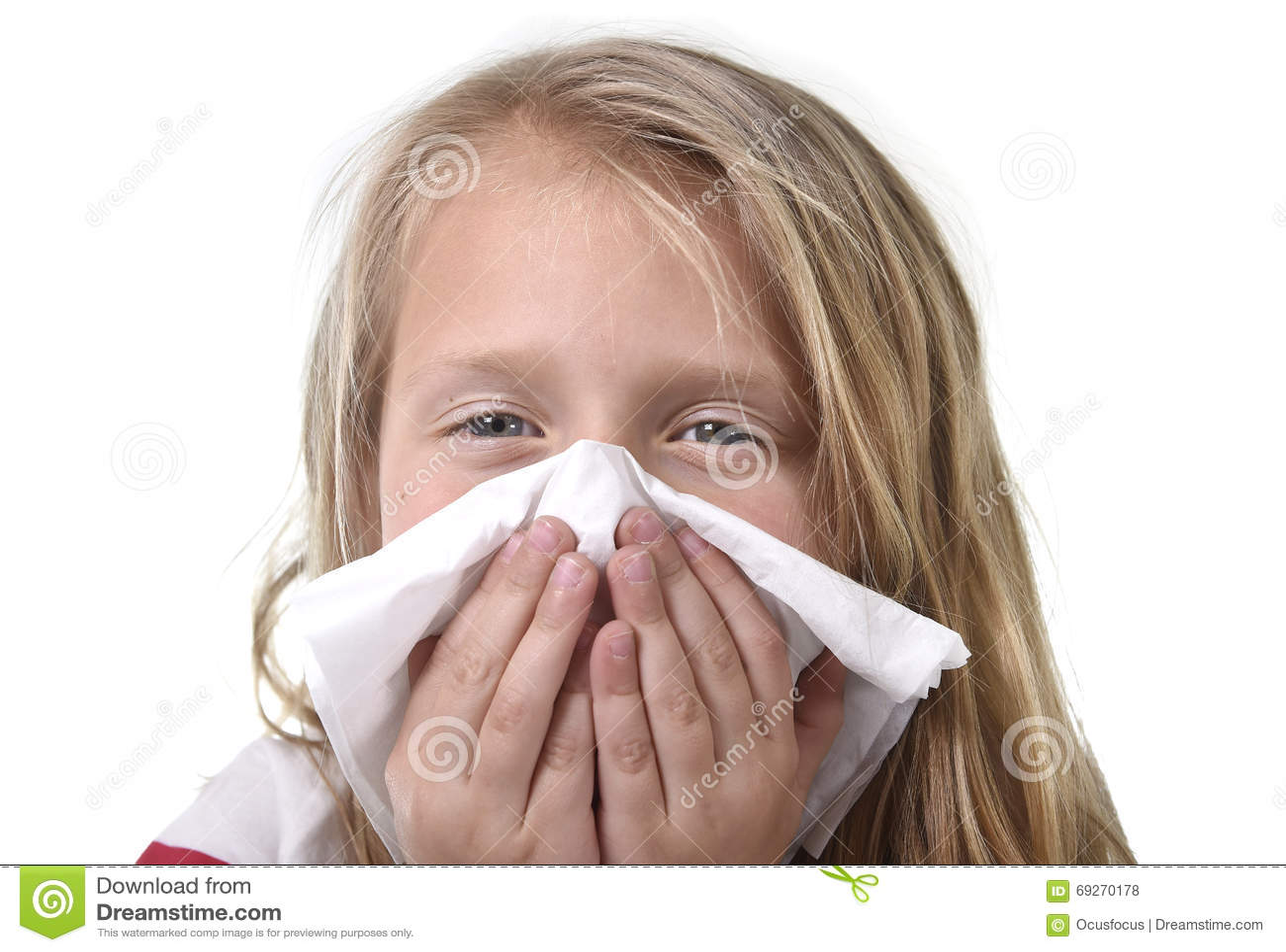 Söt och gullig liten flicka för blont hår som blåser hennes näsa med förkylt känsligt sjukt för pappers- silkespapper