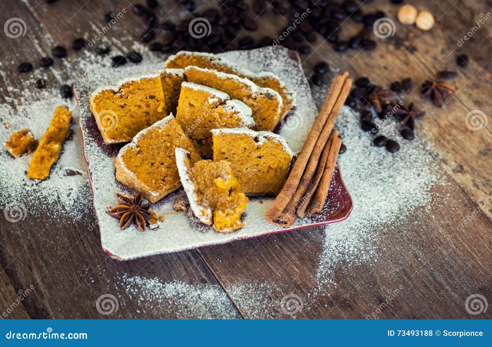 Söt pumpa - kanelbrunt bröd med sockerpulver