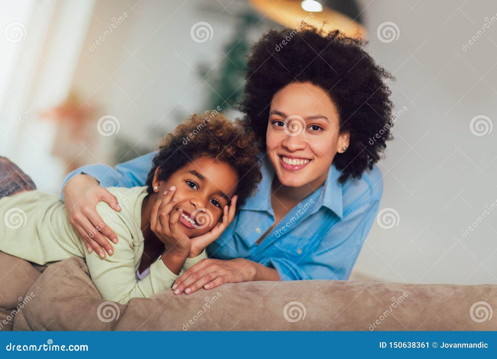 Söt ung afro--amerikan moder med den gulliga lilla dottern