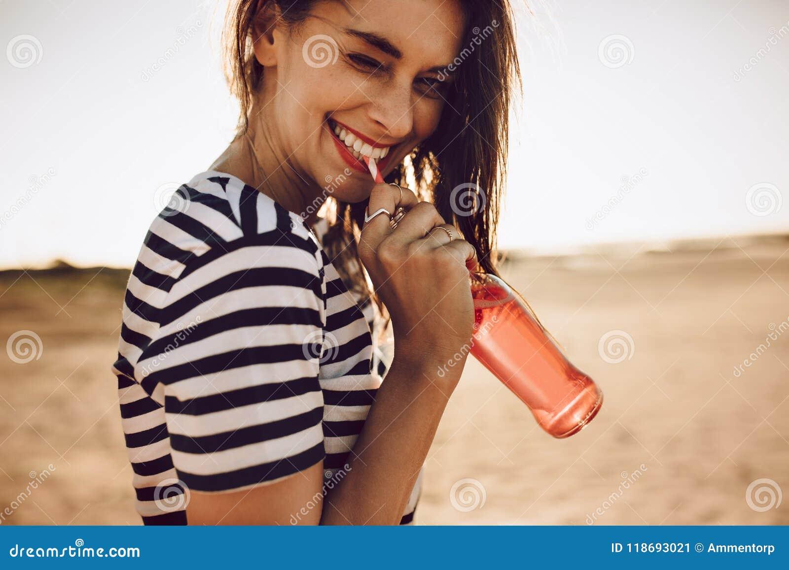 Söt ung flicka som dricker en sodavatten