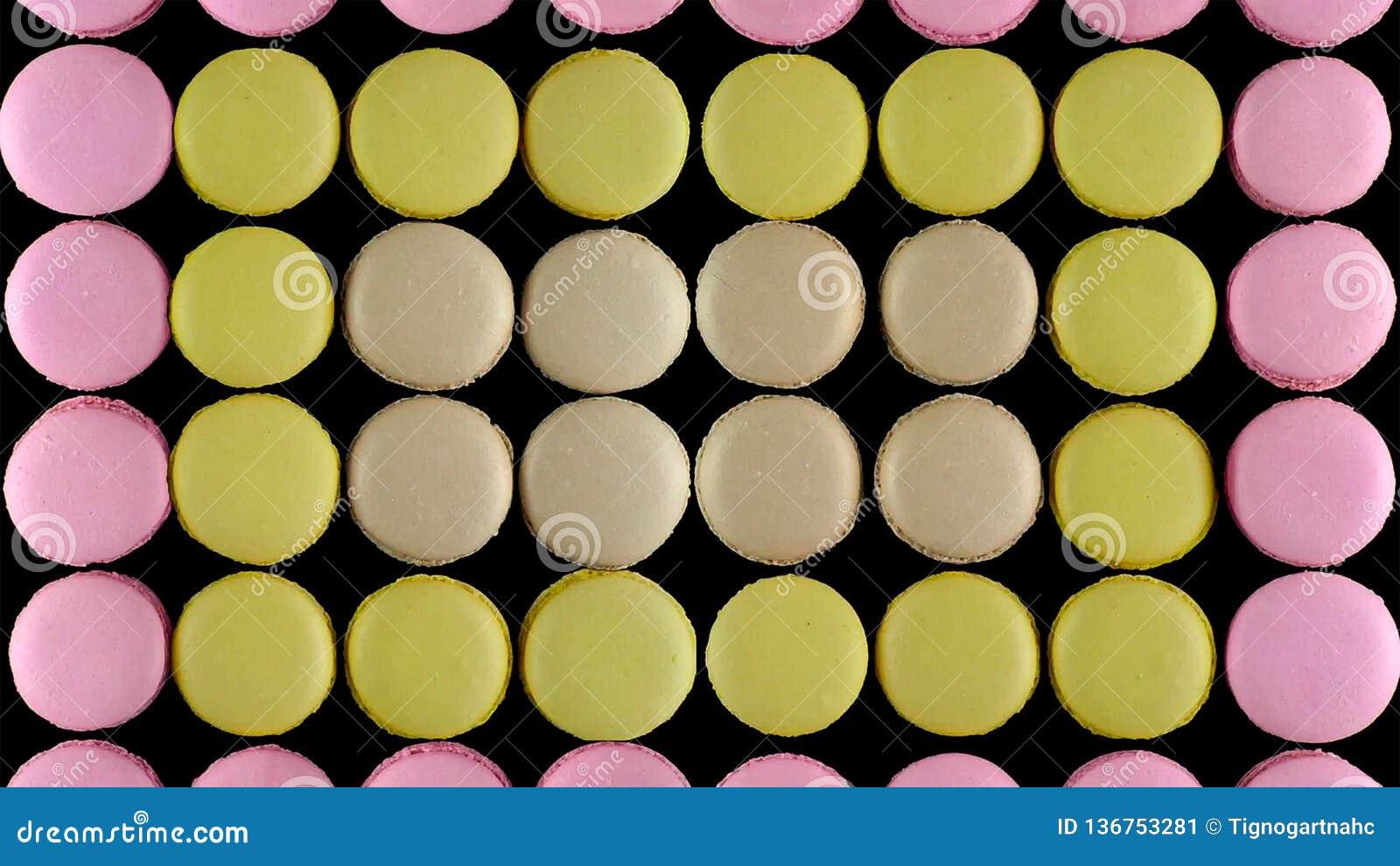 Söta färgrika franska makronkex på mörk bakgrund, bästa sikt
